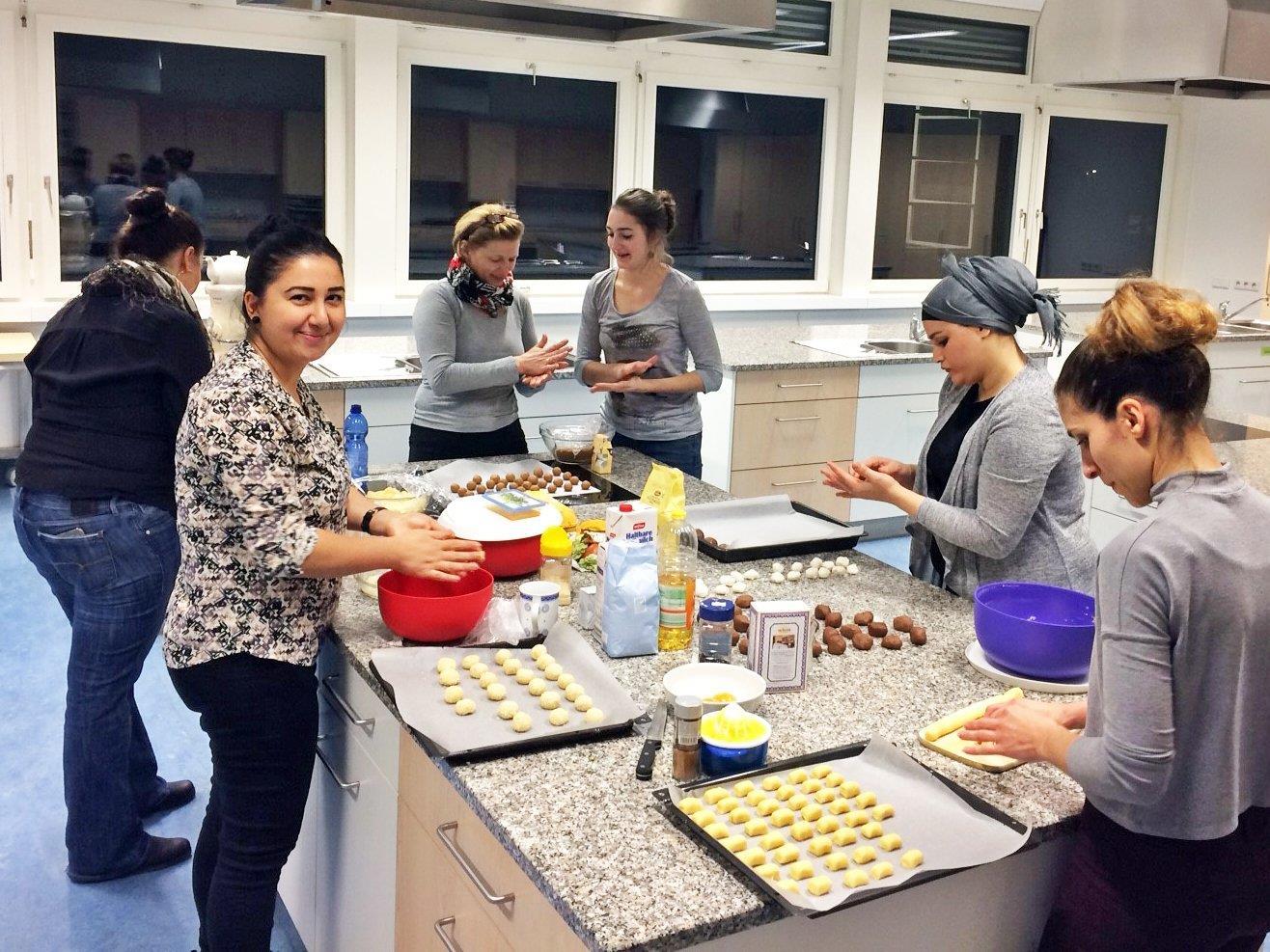 Interkultureller Austausch beim gemeinsamen Kekse backen