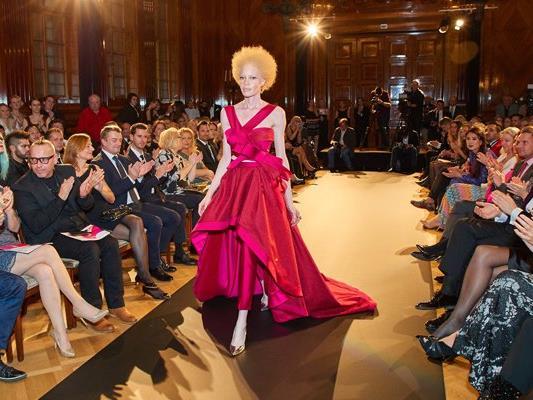 Model Diandra Forrest präsentierte am Laufsteg im Park Hyatt Hotel die Sieger-Robe.