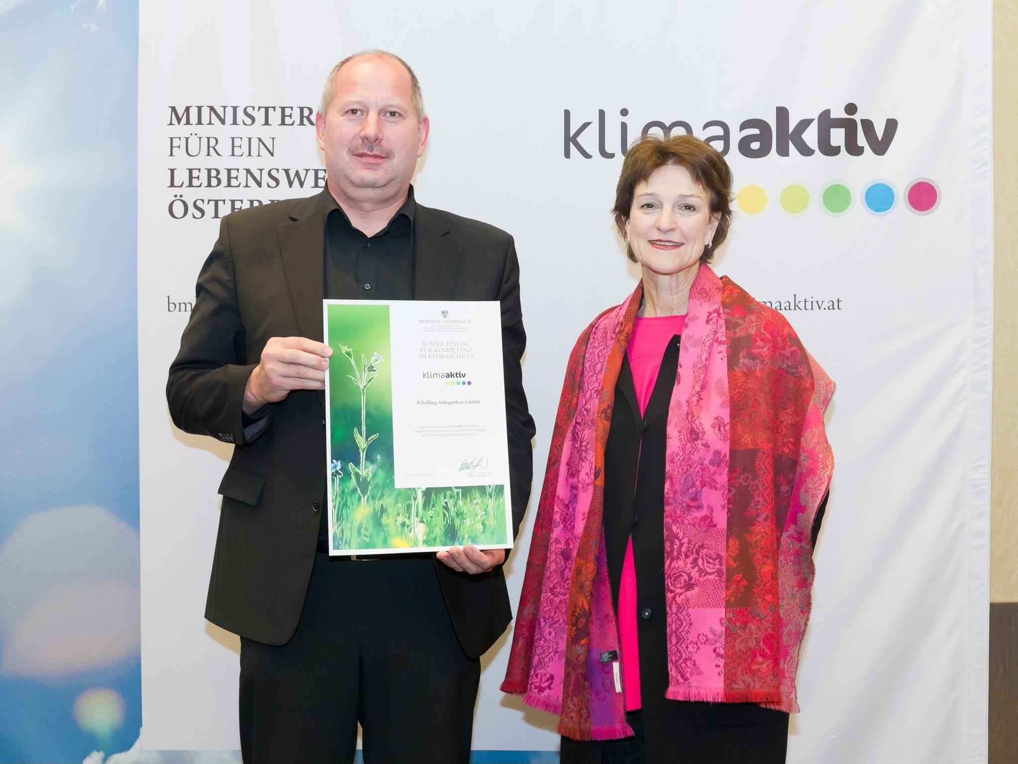 Markus Schwendinger, Leiter Instandhaltung Schelling Anlagenbau GmbH, nahm in Wien die klimaaktiv-Auszeichnung von Dr. Martina Schuster, Leiterin Energie- und Wirtschaftspolitik BMLFUW, entgegen.