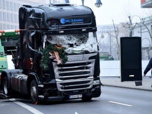 Hier wird der Lkw in Berlin abgeschleppt.