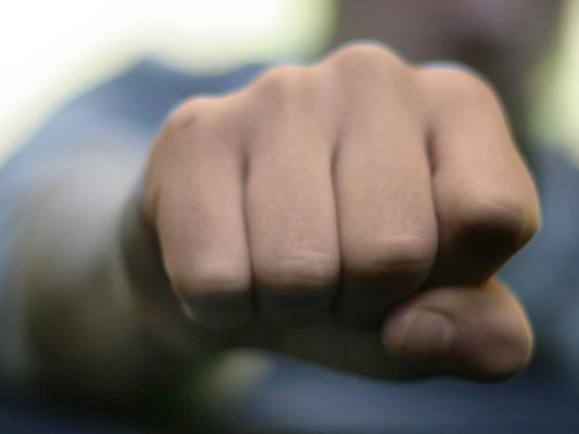 Ein Mädchen wurde von fünf Unbekannten attackiert und ausgeraubt.