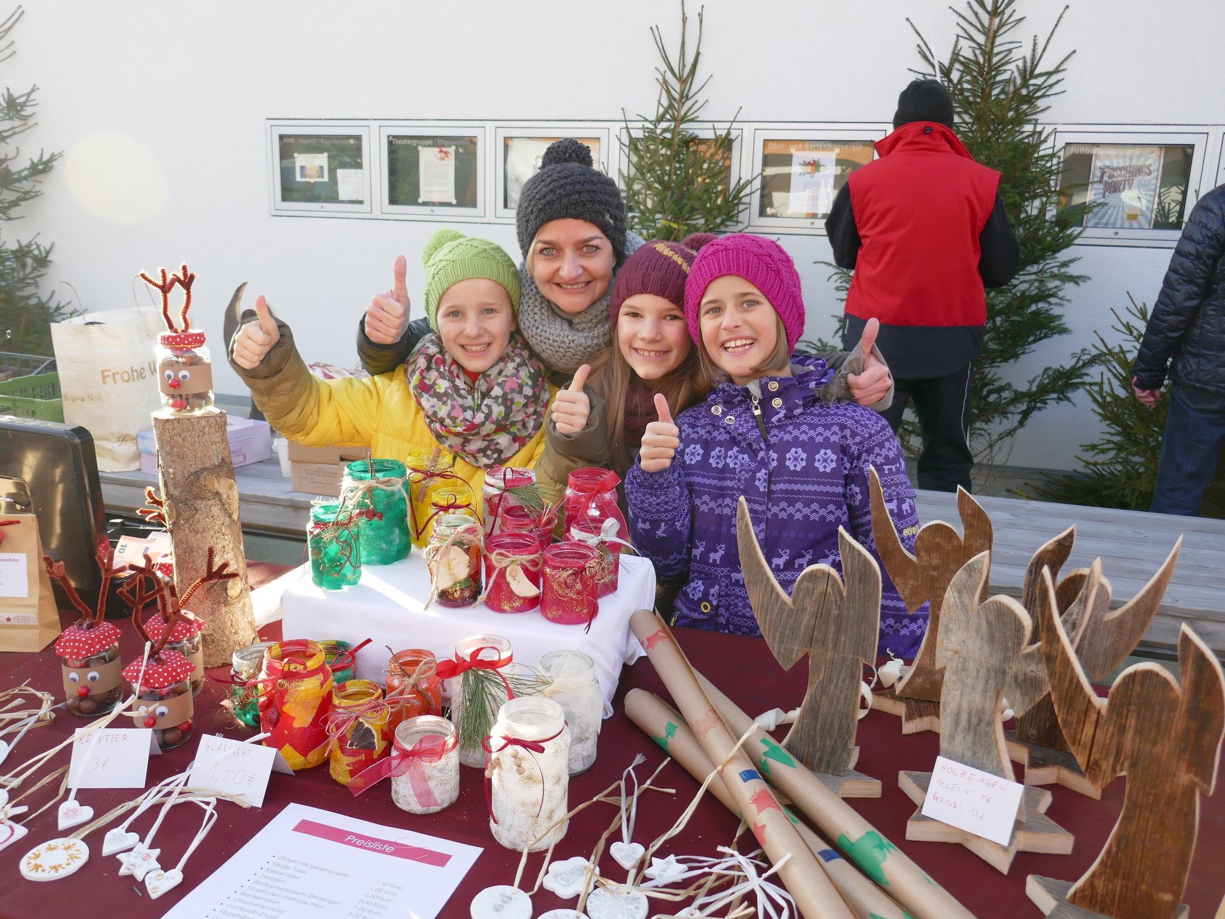 Volksschul-Abschluss-Klasse bewirtschaftete Christbaummarkt zur Finanzierung ihrer Vorarlberg-Schulwoche. Im Bild: Theresa, Silvia (Vertreterin der Eltern), Corinna, Nina.
