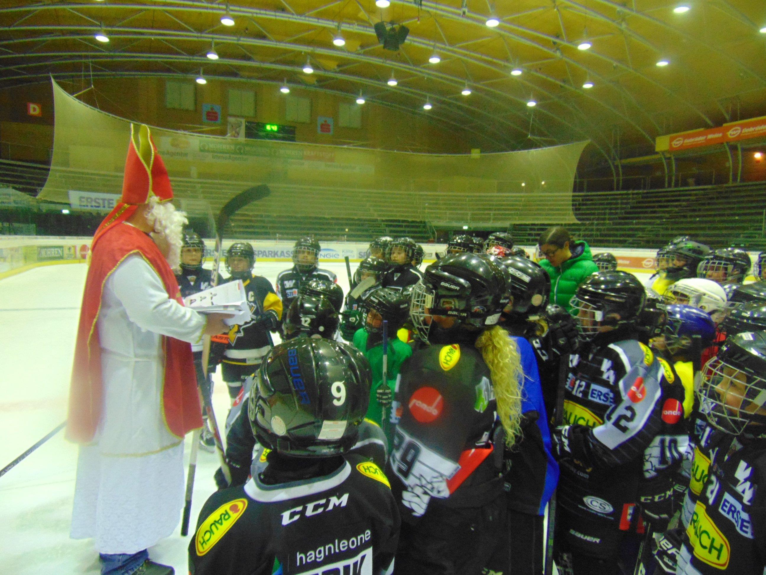 Der Nikolaus auf dem Eis des Messestadions