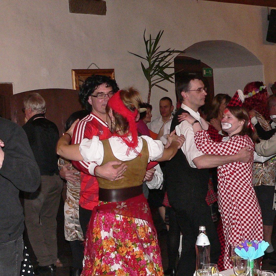Fröhliches Tanzen beim Ball ohne Krawall 2015