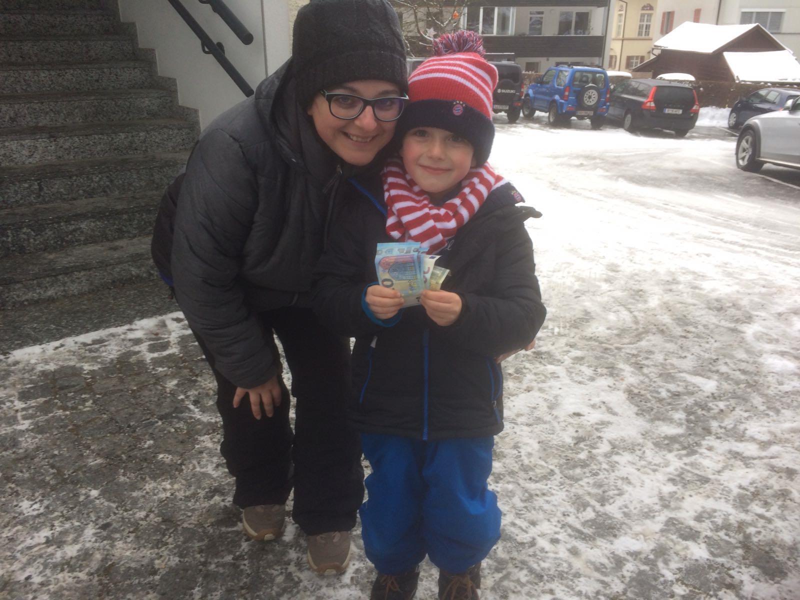 Gabriel Kloser übergibt die Spende an Sandra Senn von der Volkshilfe Vorarlberg