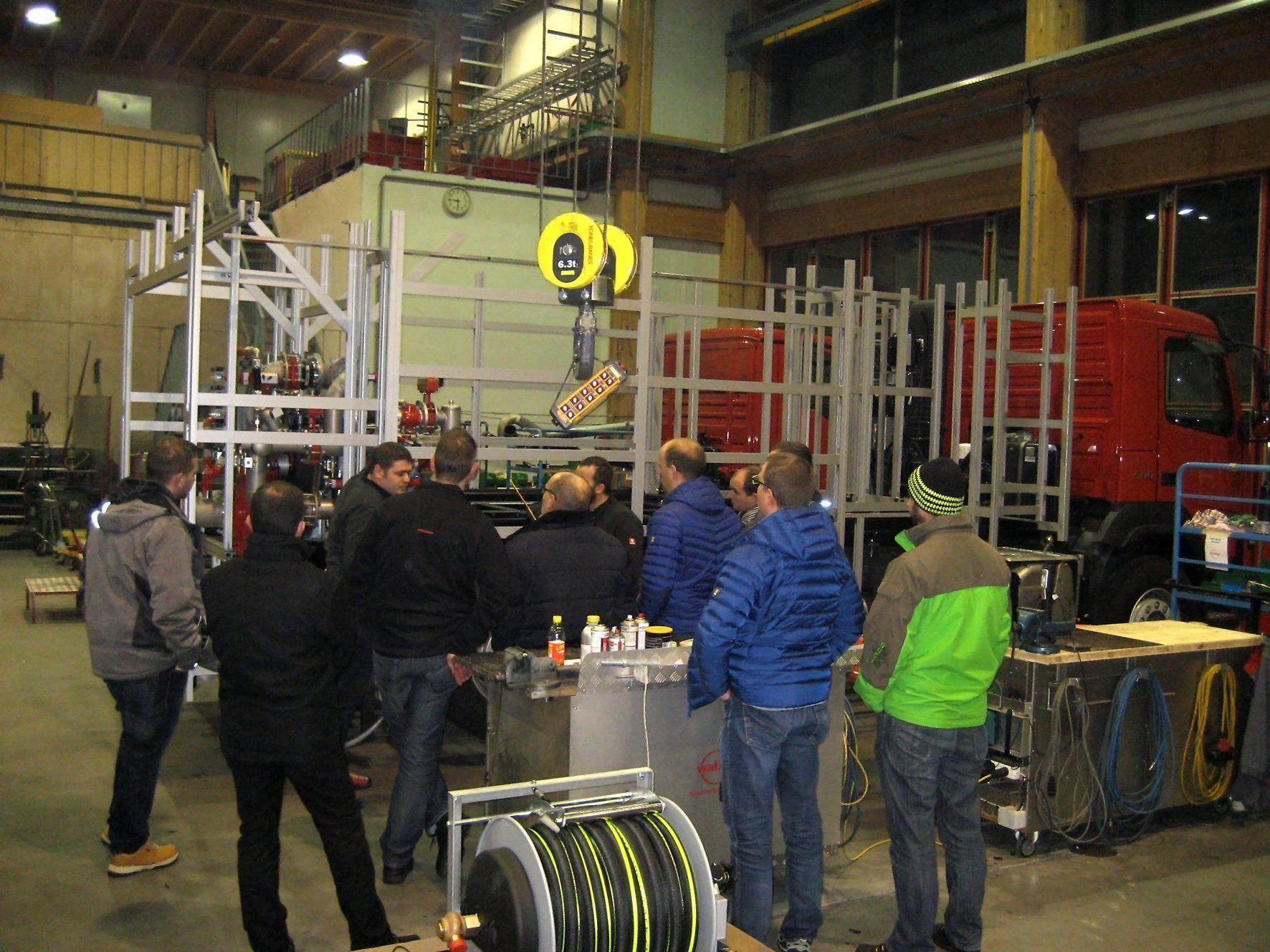 Exkursion in die Werkshalle, um den Baufortschritt des Großtanklöschfahrzeugs zu besichtigen.