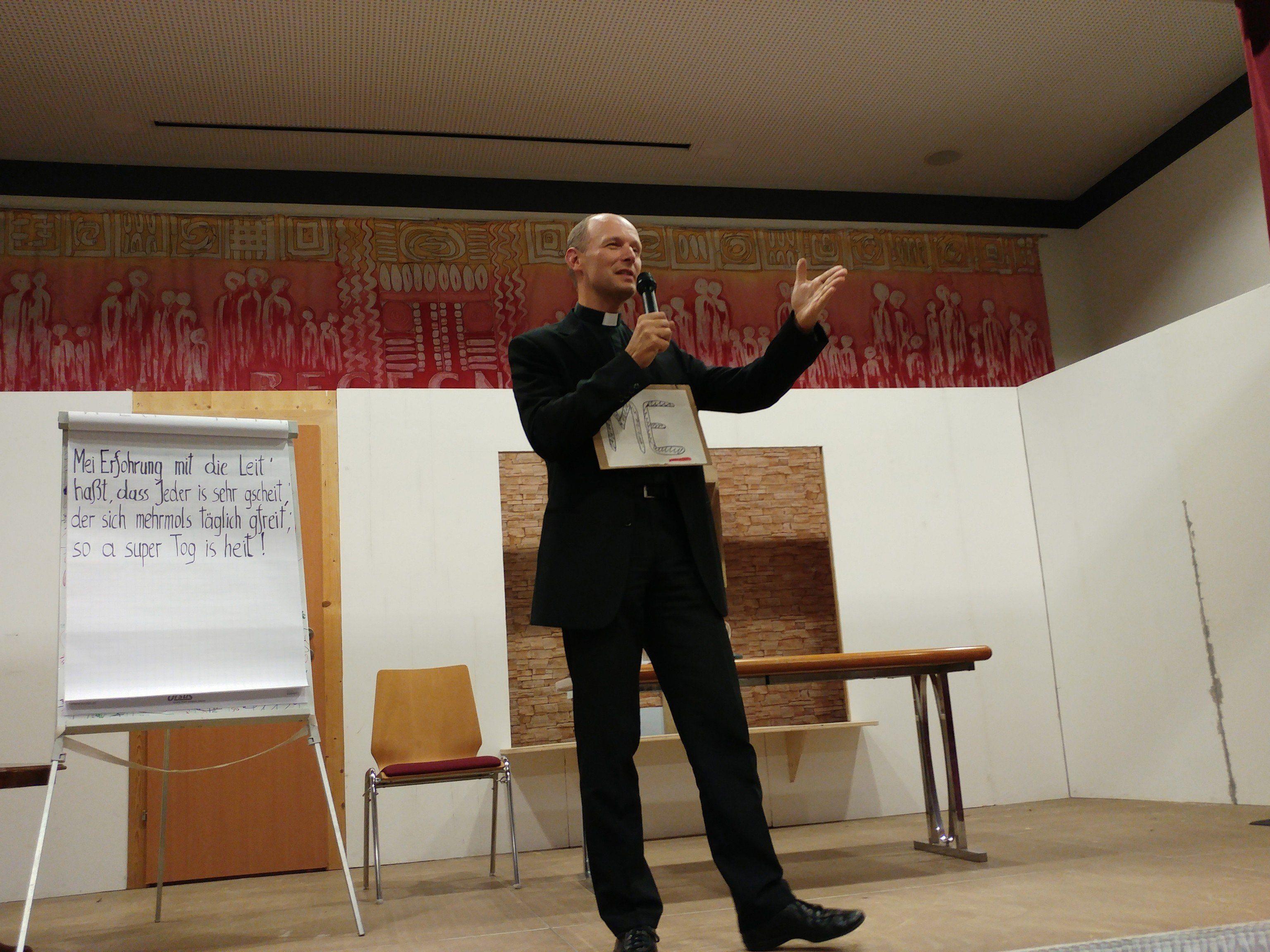 ME Vorarlberg lädt zum Kabarett von Familienseelsorger Michael Kopp nach Göfis ein.
