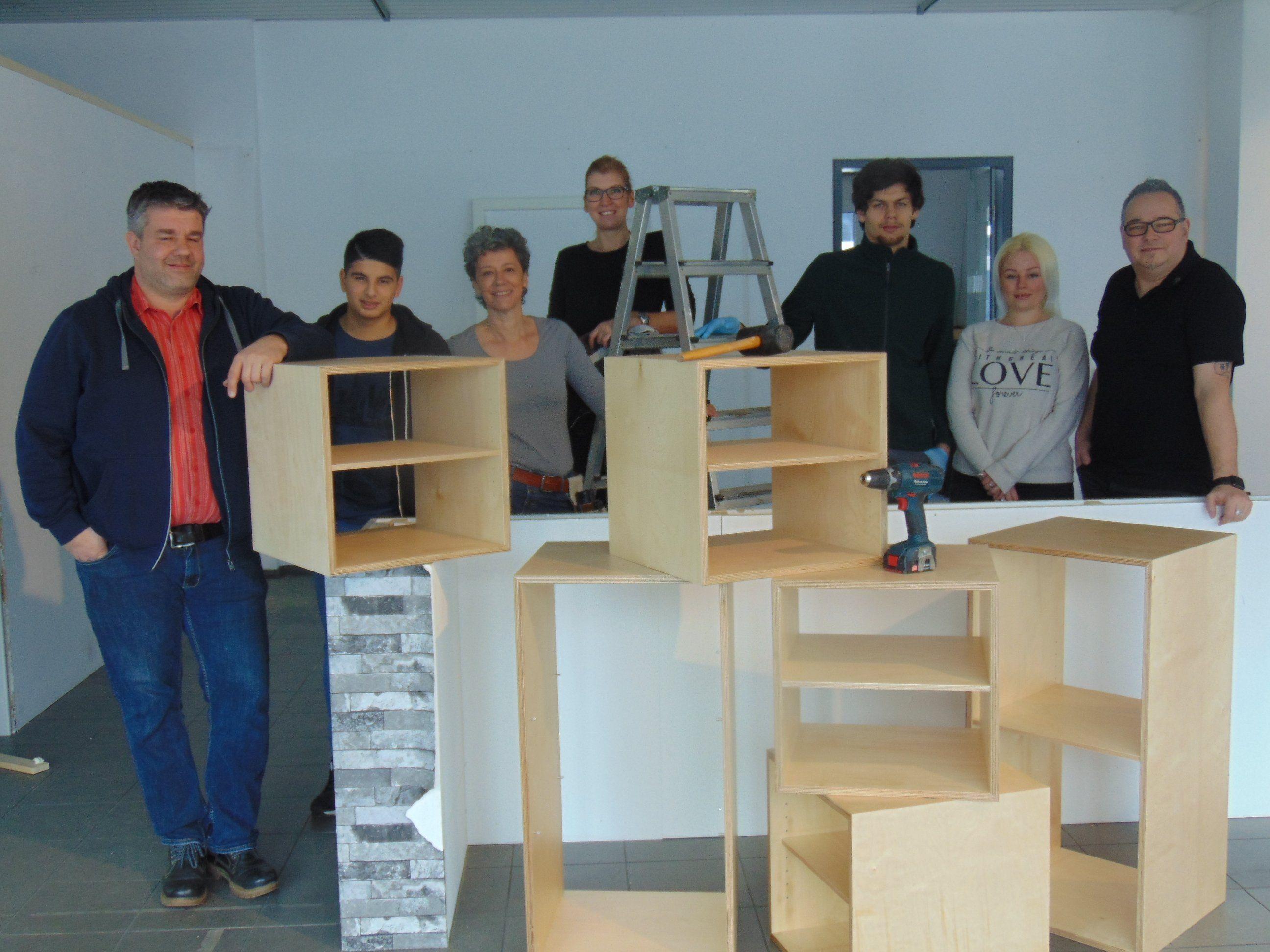 Markus Fleisch und Klaus Thurnher mit dem ÜAZ Team im neuen Shop