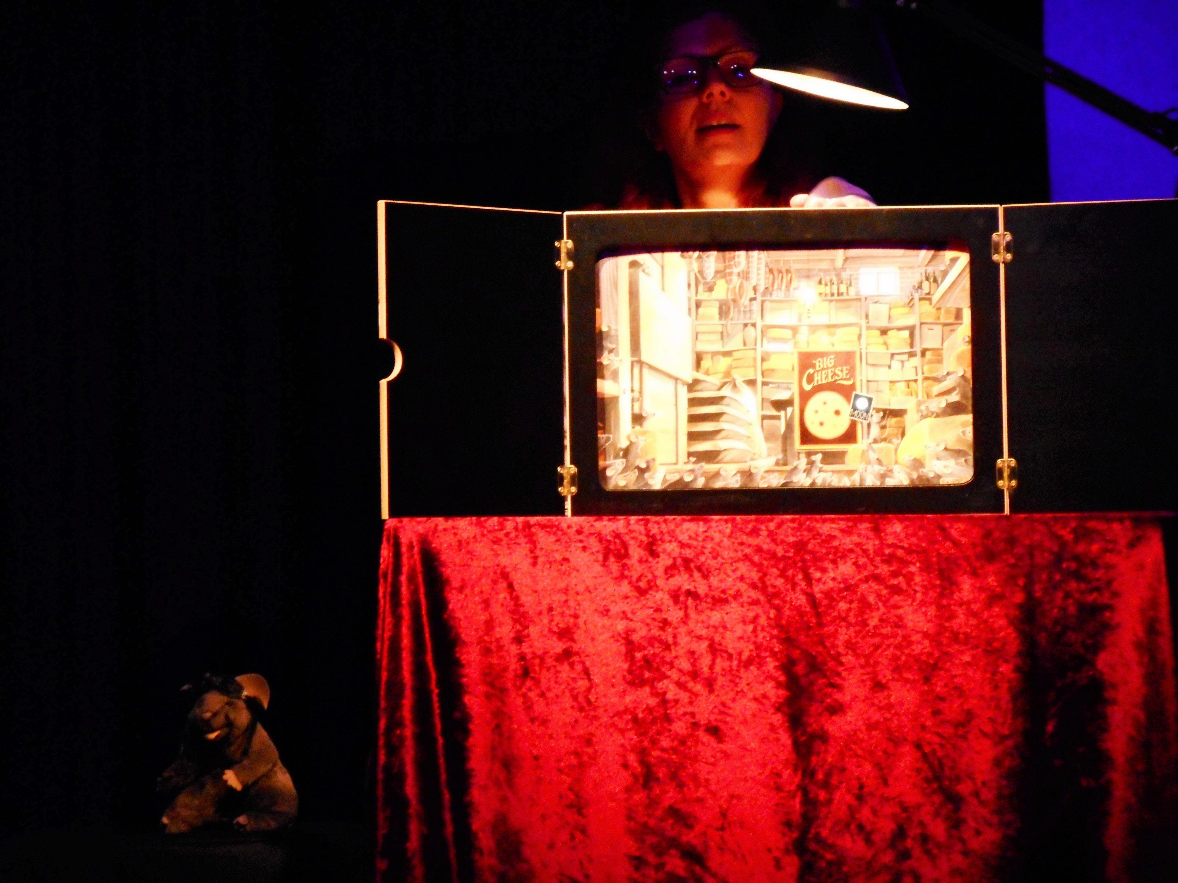 Uschi Staffa präsentierte die Geschichte von Armstrong, der Maus, als Kamishibai.