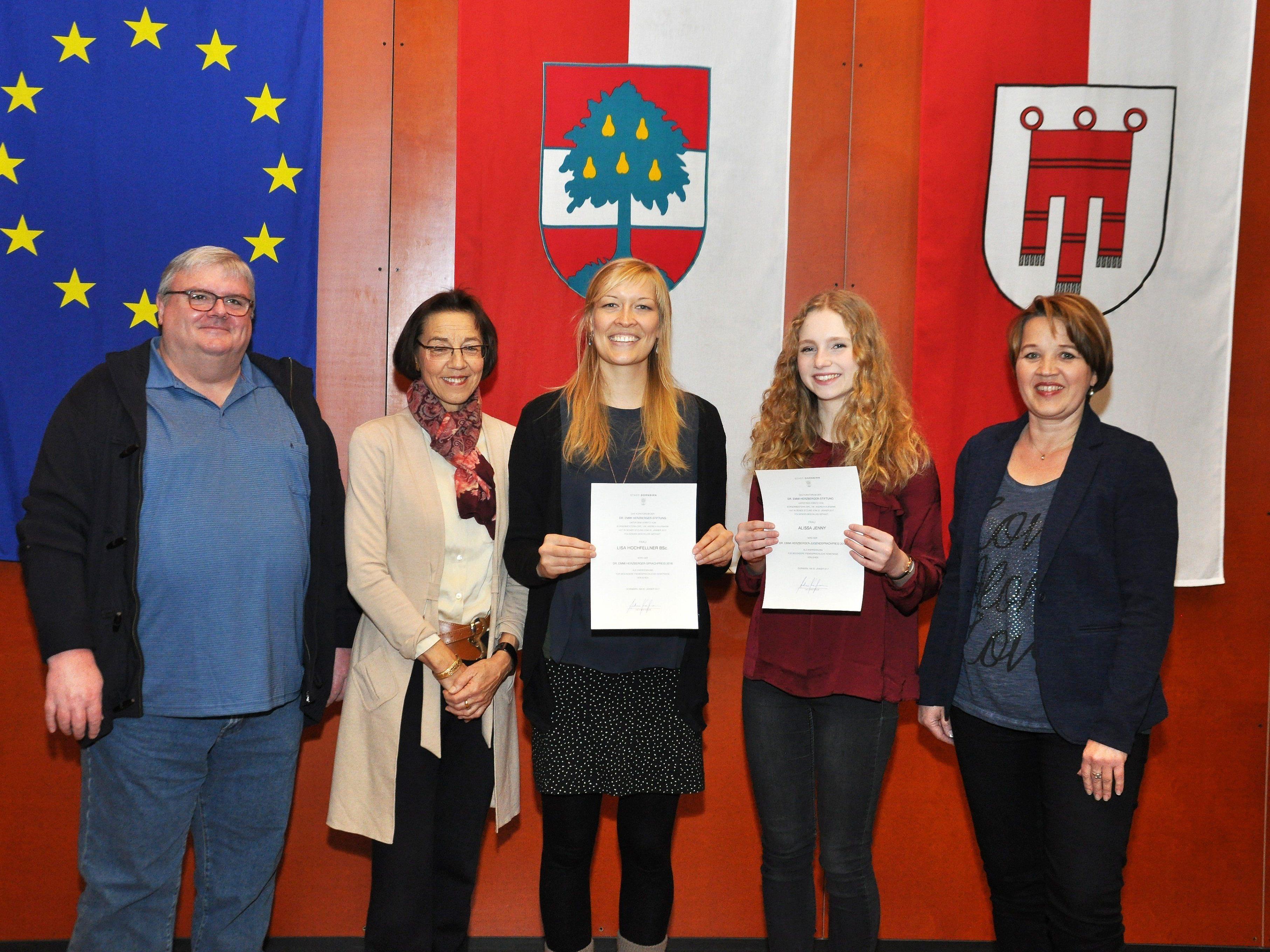 Die Preisträgerinnen mit dem 3er-Kuratorium (v.l.n.r.: Dr.Werner Marxgut, Dr. Eva-Maria Waibel, Bürgermeisterin Andrea Kaufmann.)