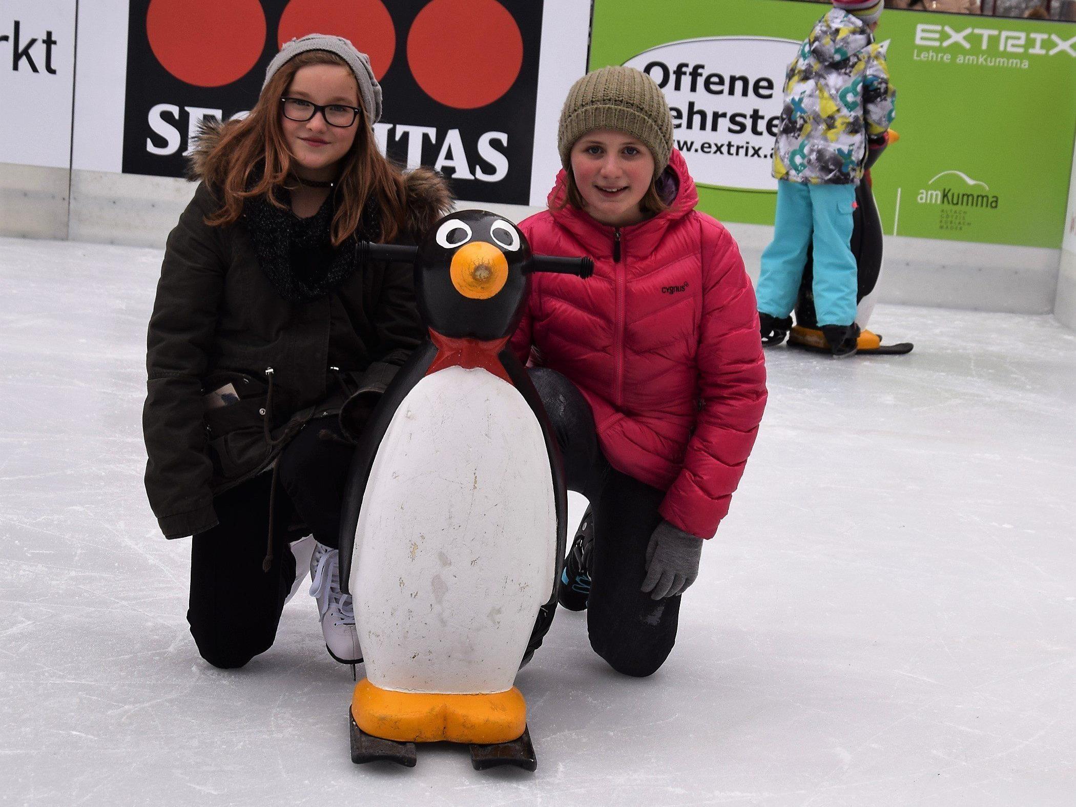 Auch Vivien und Nina waren bei der Eröffnung des Eislaufplatzes am Garnmarkt