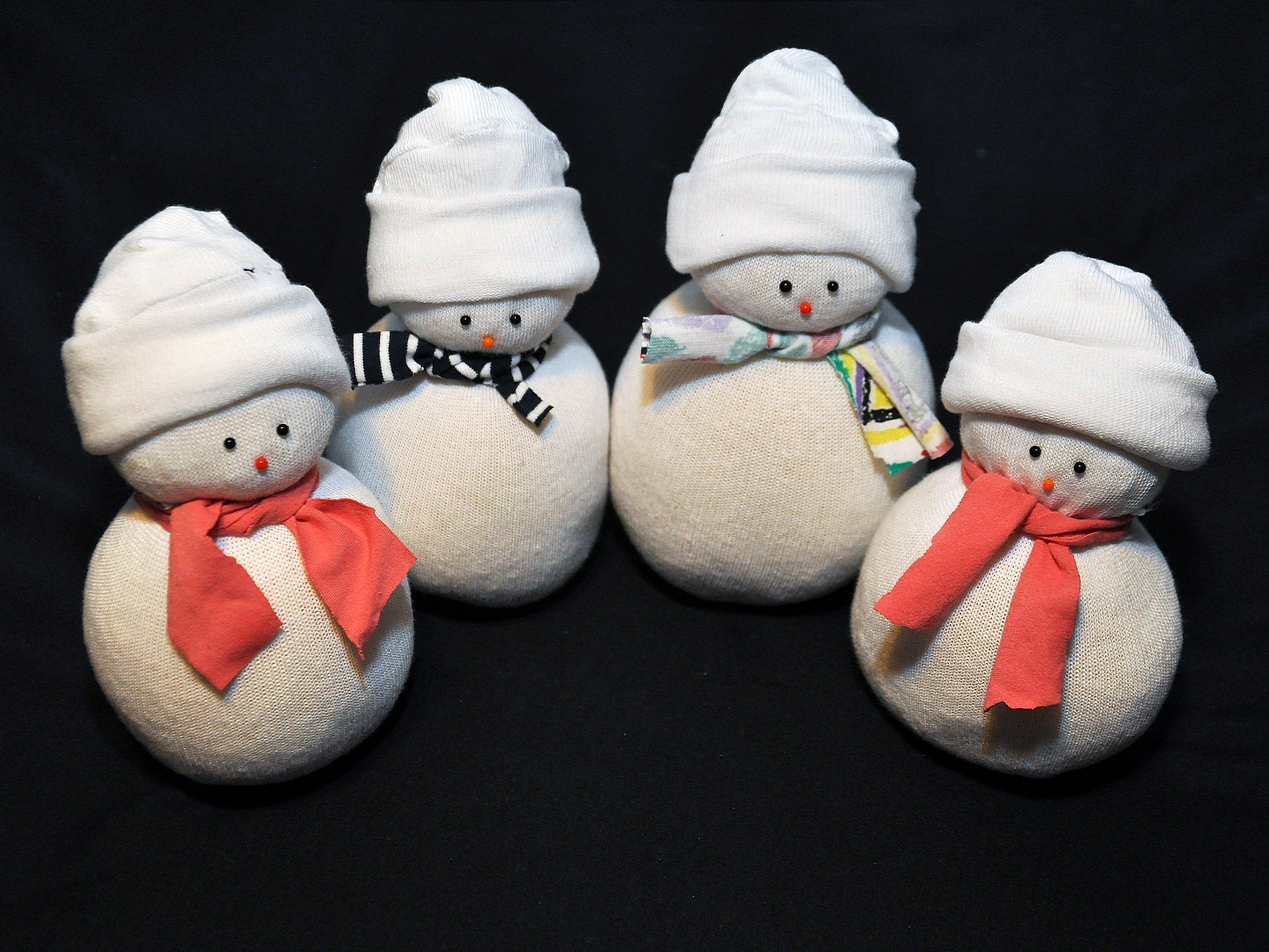 Der Socken-Schneemann ist eine super einfache und besonders charmante Bastelidee.