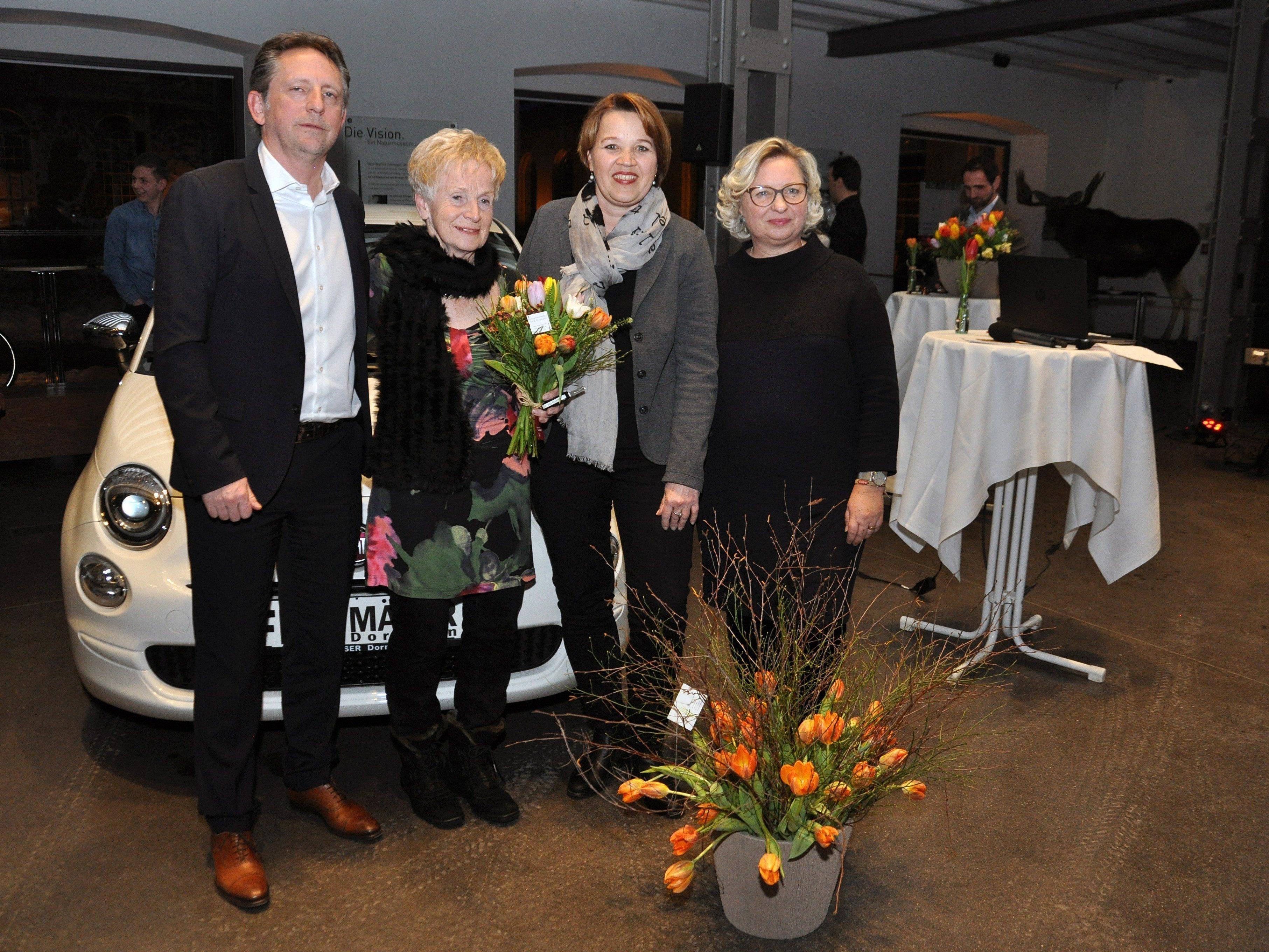 Die glückliche Gewinnerin des Hauptpreises Berta Egger mit Rudi Präg, Irmgard Huber (Vorstand inside) und Bürgermeisterin Andrea Kaufmann.