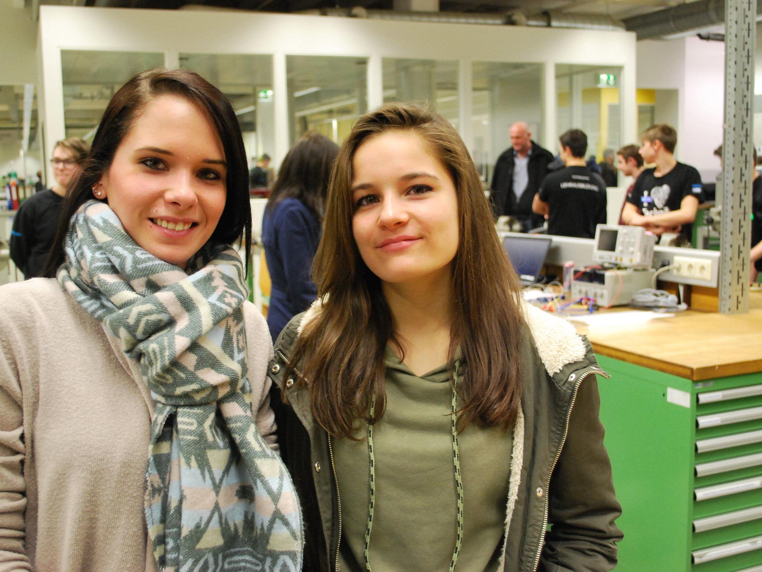 Enedina, die bei Zumtobel arbeitet, zeigt ihrer Schwester Emmanuelle die Lehrwerkstatt.