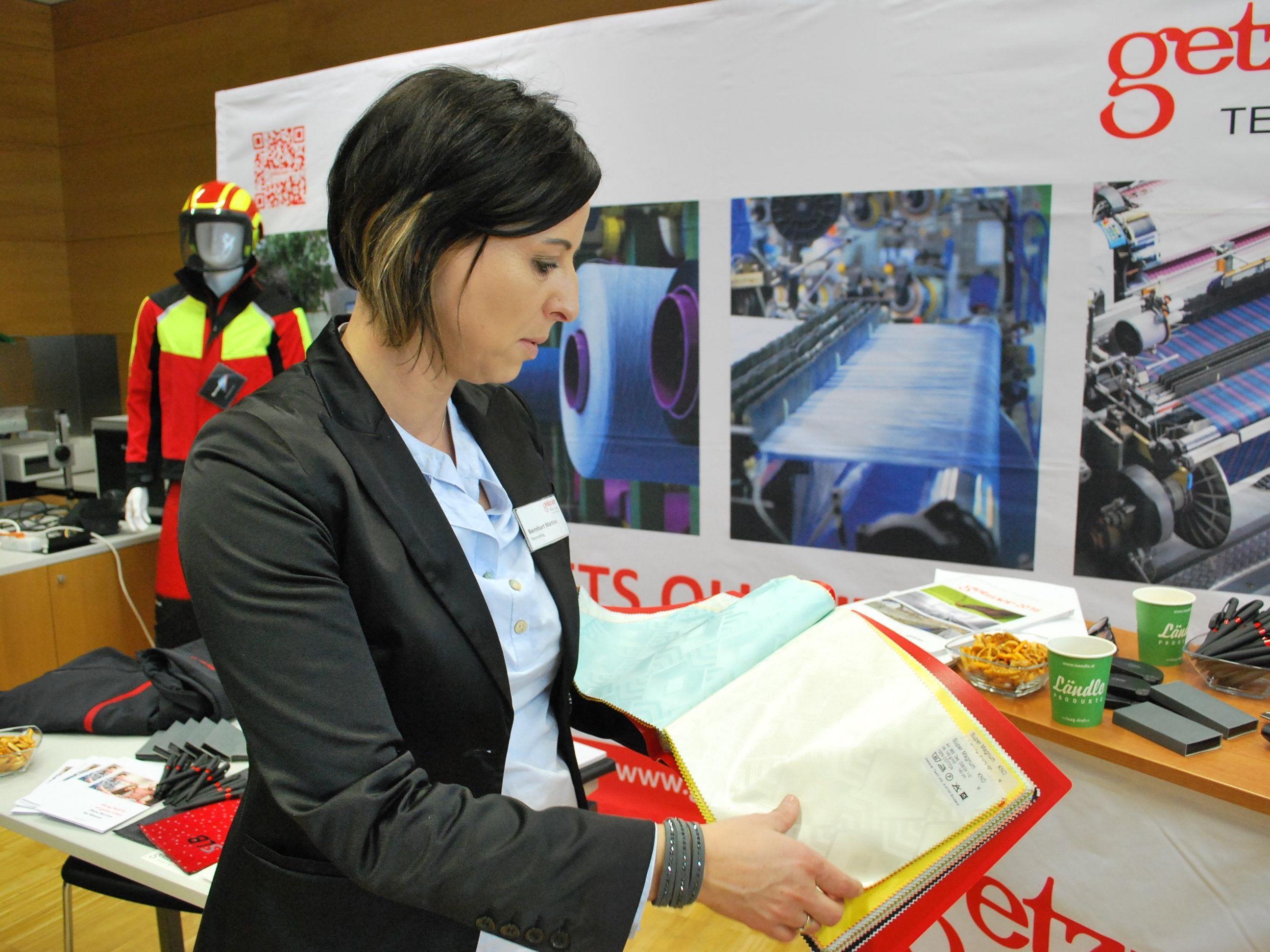 Martina Bernhart, Recruting Getzner Textil AG, zeigt Damast made in Bludenz.
