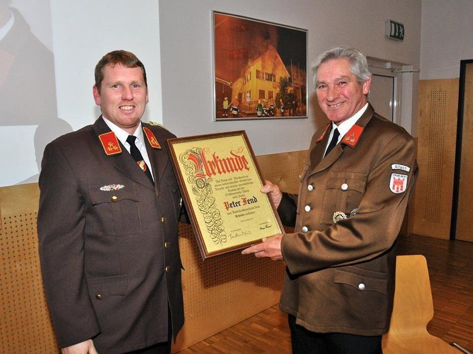Peter Fend (r.) wurde von Kommandant Buchhammer für 40-jährige Zugehörigkeit zur OF Altach geehrt