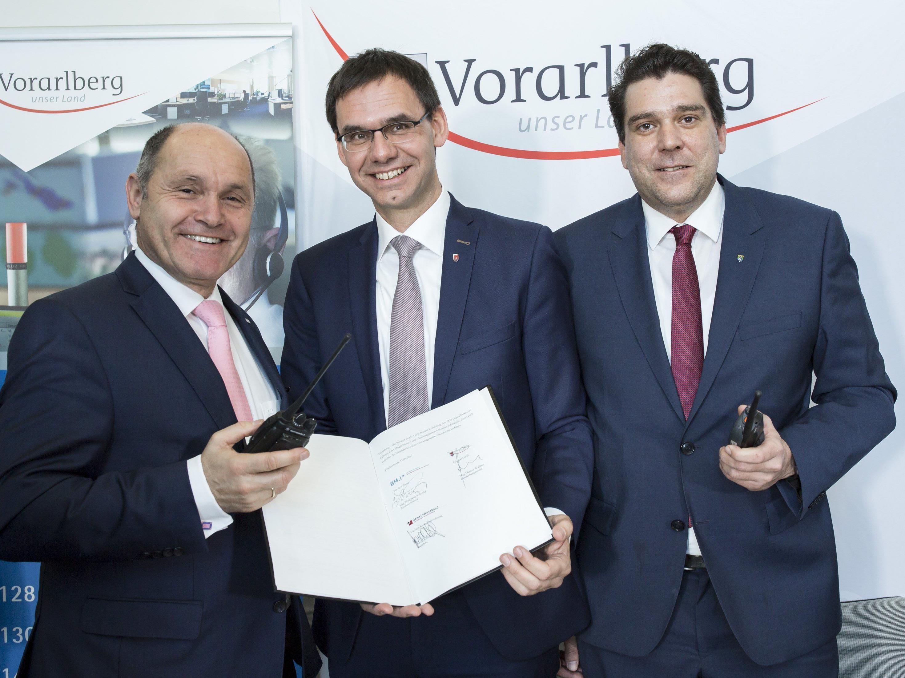 Neues Digitalfunknetz für Vorarlberg: Innenminister Wolfgang Sobotka, Landeshauptmann Markus Wallner und Gemeindeverbandspräsident Harald Köhlmeier unterzeichneten eine entsprechende Vereinbarung in der RFL in Feldkirch.
