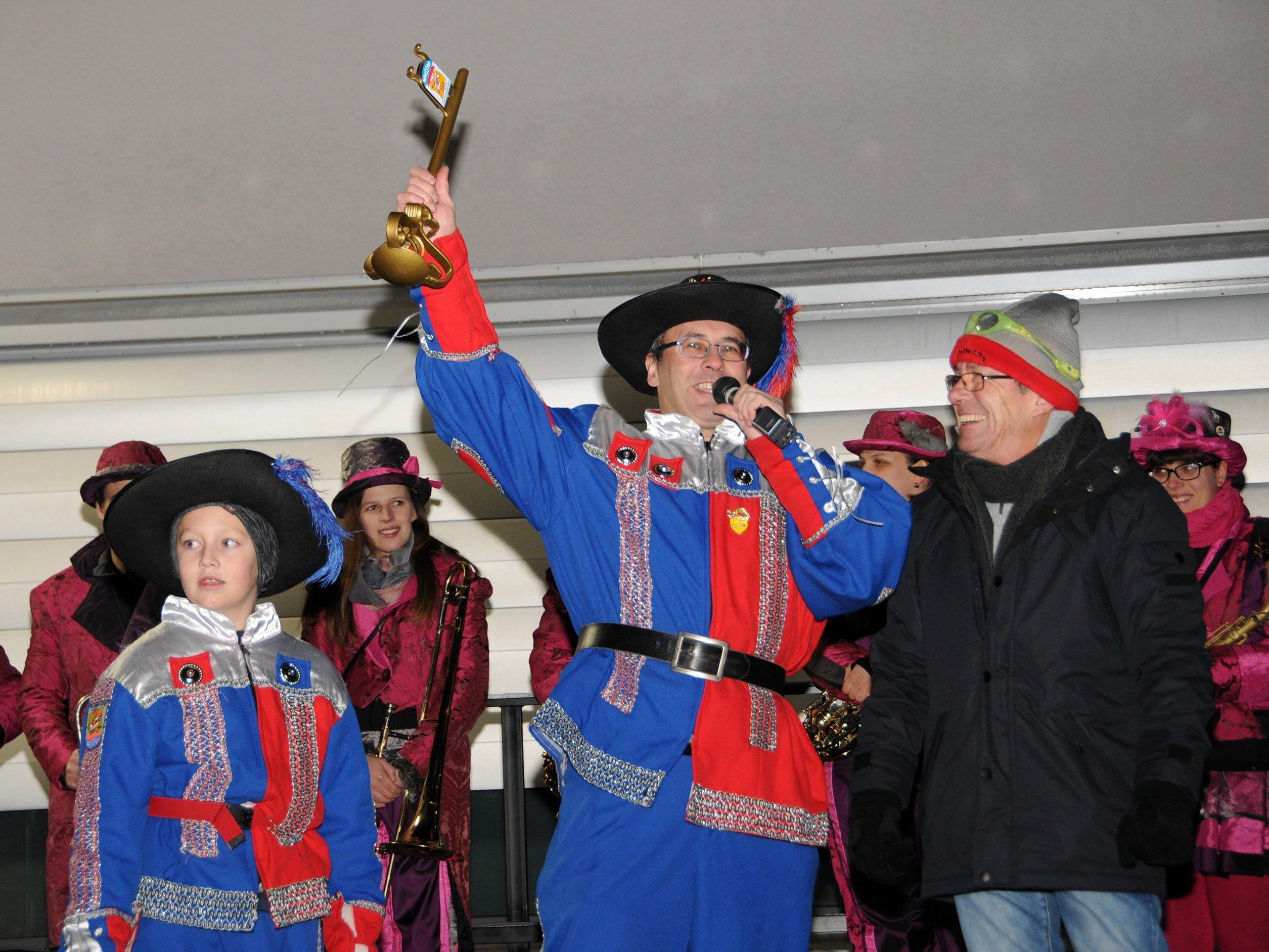 Vizebürgermeister Werner Egger übergab den Gemeindeschlüssel ohne Widerstand an Zunftchef Thomas Bösch
