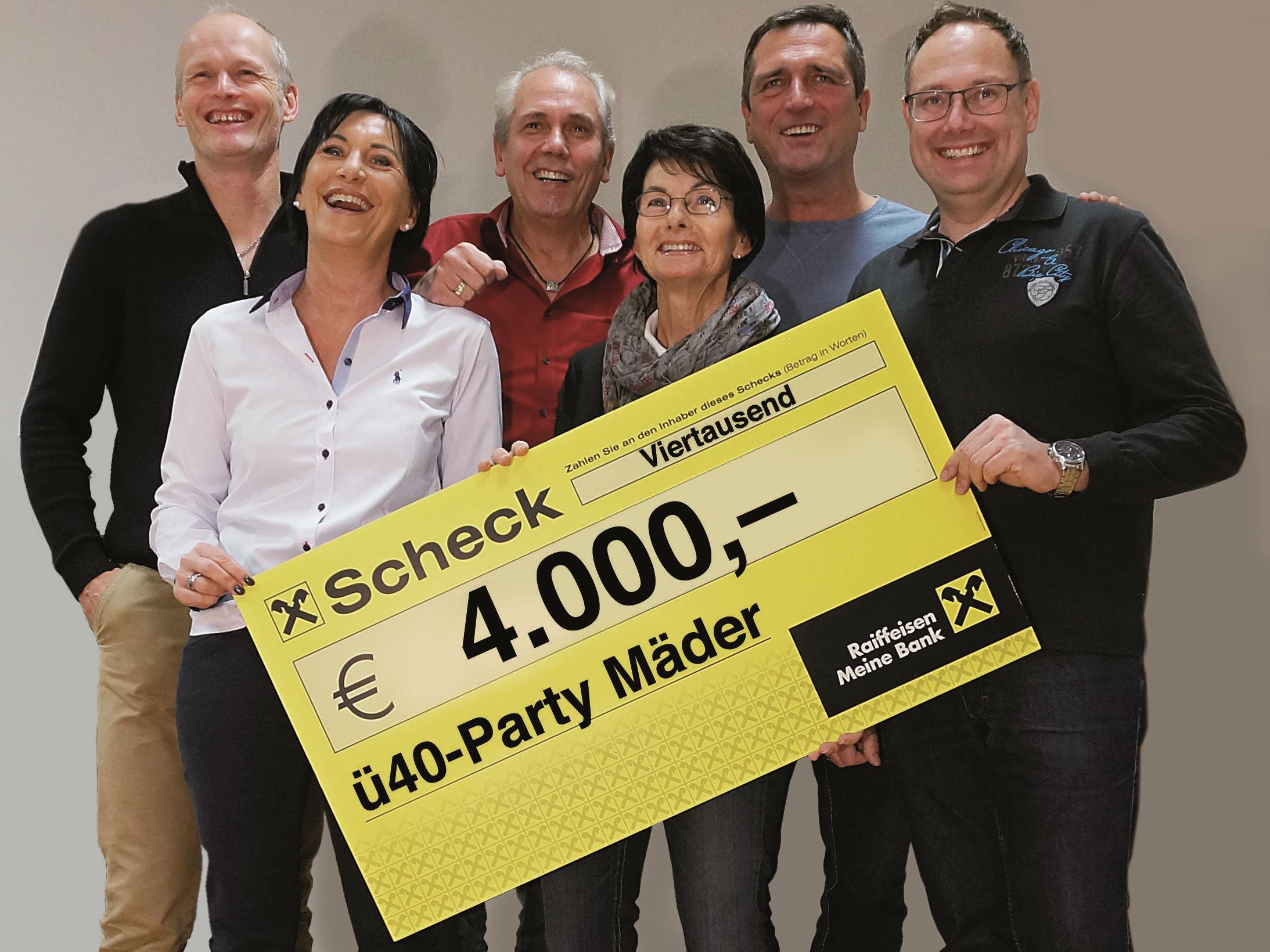 Ein Teil des Organisationsteams übergibt einen Scheck über 4000.- Euro an Inge Sulzer
