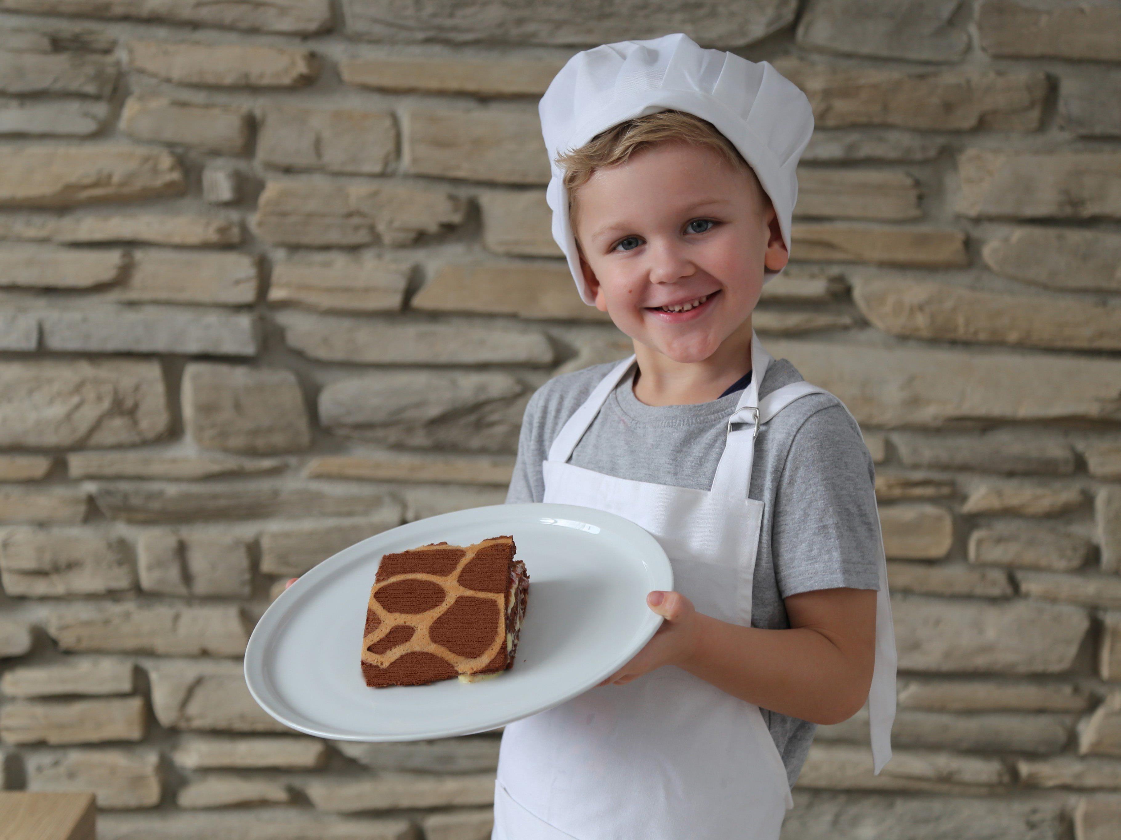 Kinderreporter Jason Durell ist stolz auf seine erste selbst gebackene Roulade.