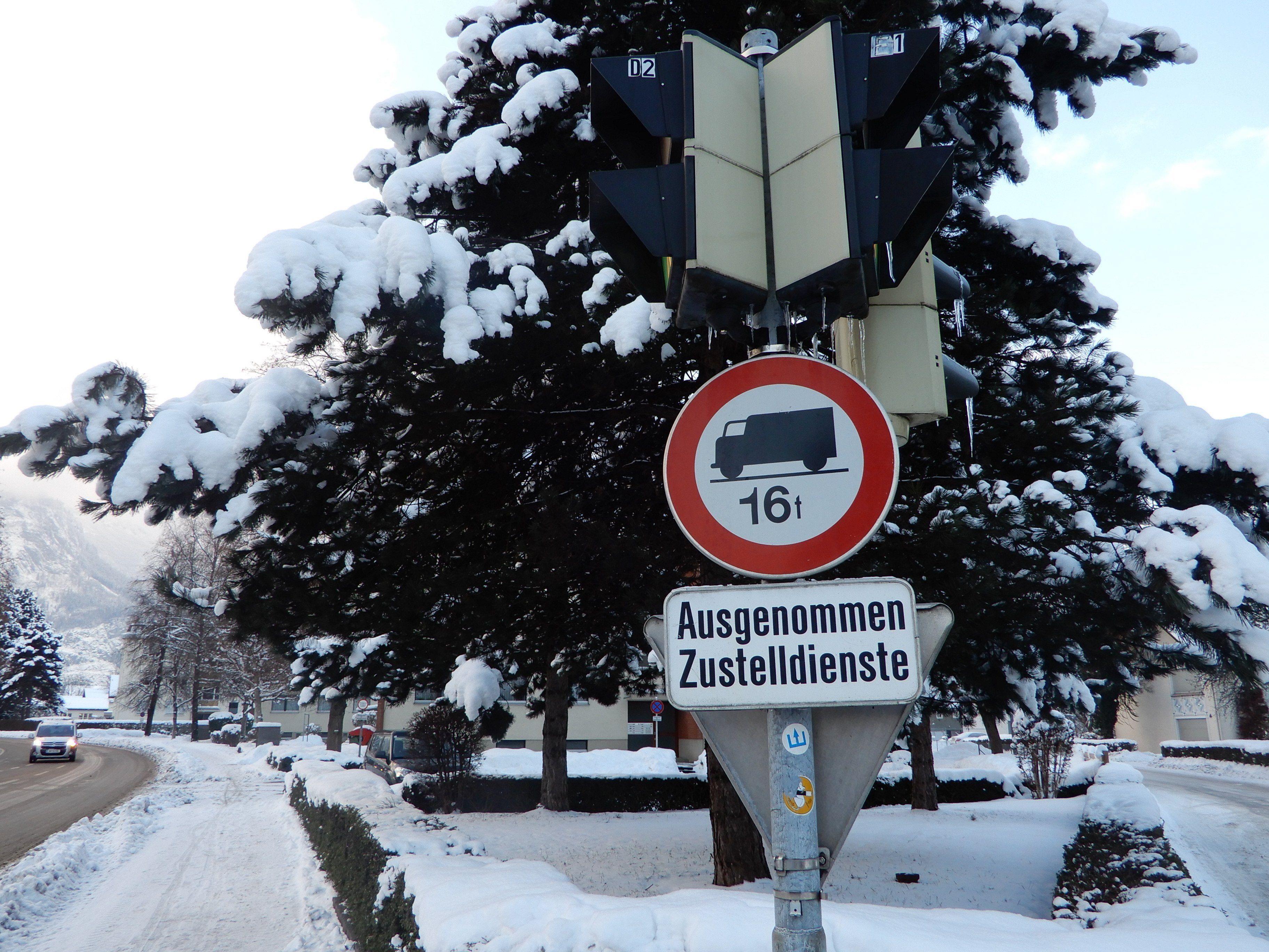 Gegen das Fahrverbot für LKW ab 16 Tonnen soll in der Raiffeisenstraße regelmäßig verstoßen werden.
