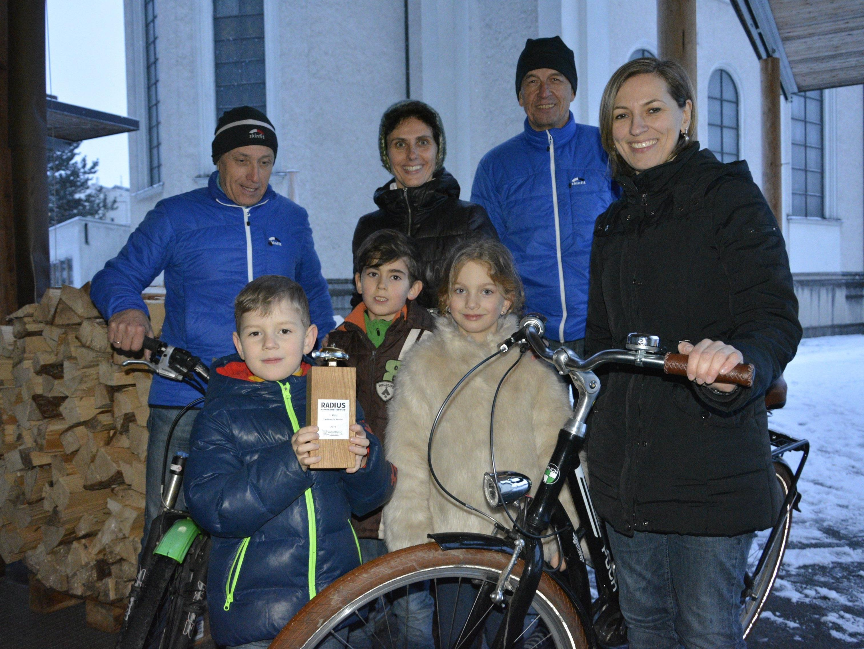 """Freude herrschte bei Groß und Klein über die """"Goldene Klingel"""" für den ersten Rang des Fahrradwettbewerbs 2016."""