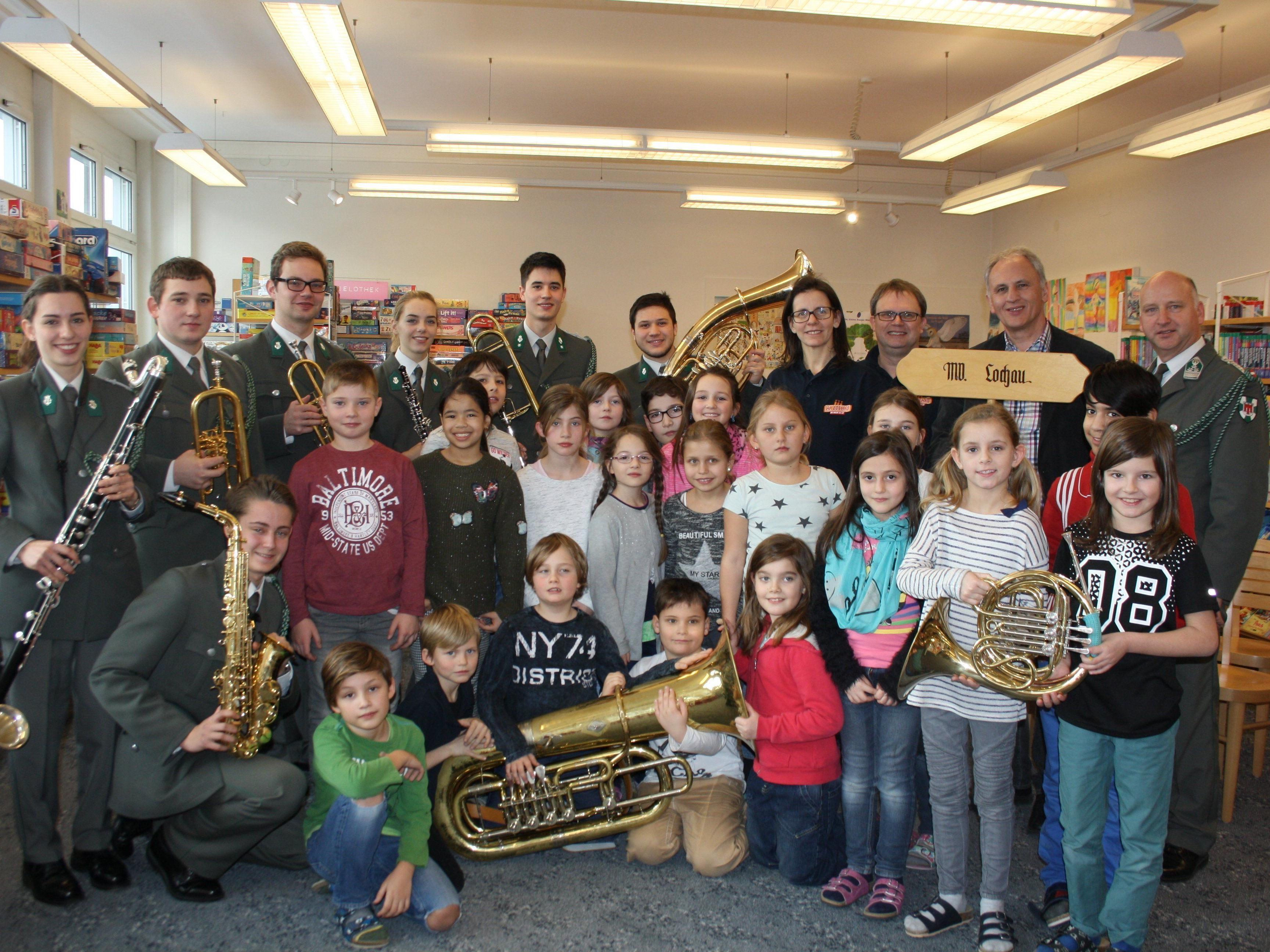 Die Musikanten der Militärmusik Vorarlberg begeisterten zusammen mit Vorstand Wolfram Baldauf und den Jugendreferenten des Musikvereines Lochau, Michaela und Michael Schmid, die Schüler für die Blasmusik.