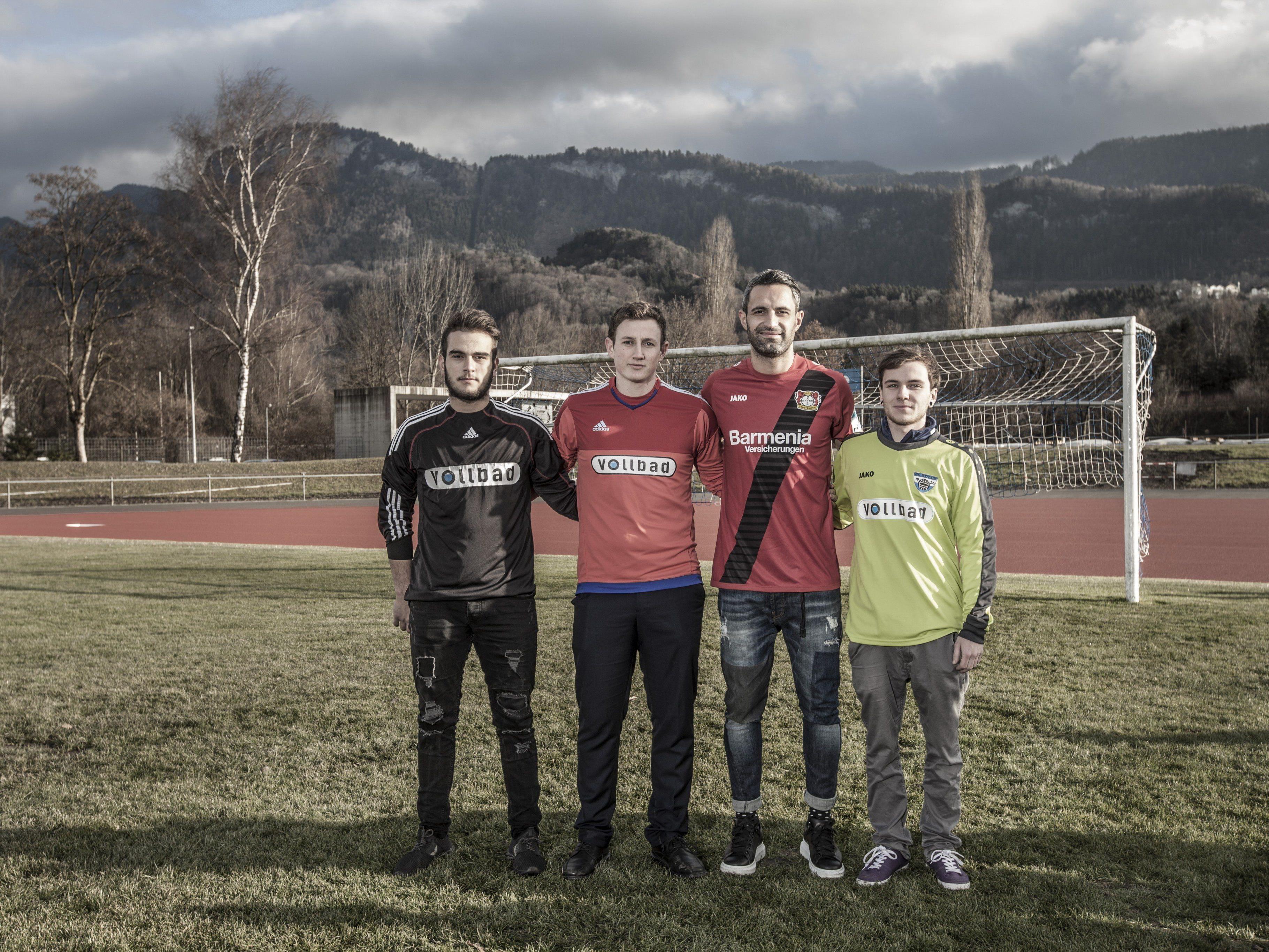Ramazan Özcan (3. von links) mit den aktuellen Torhütern des FC Götzis im Möslestadion