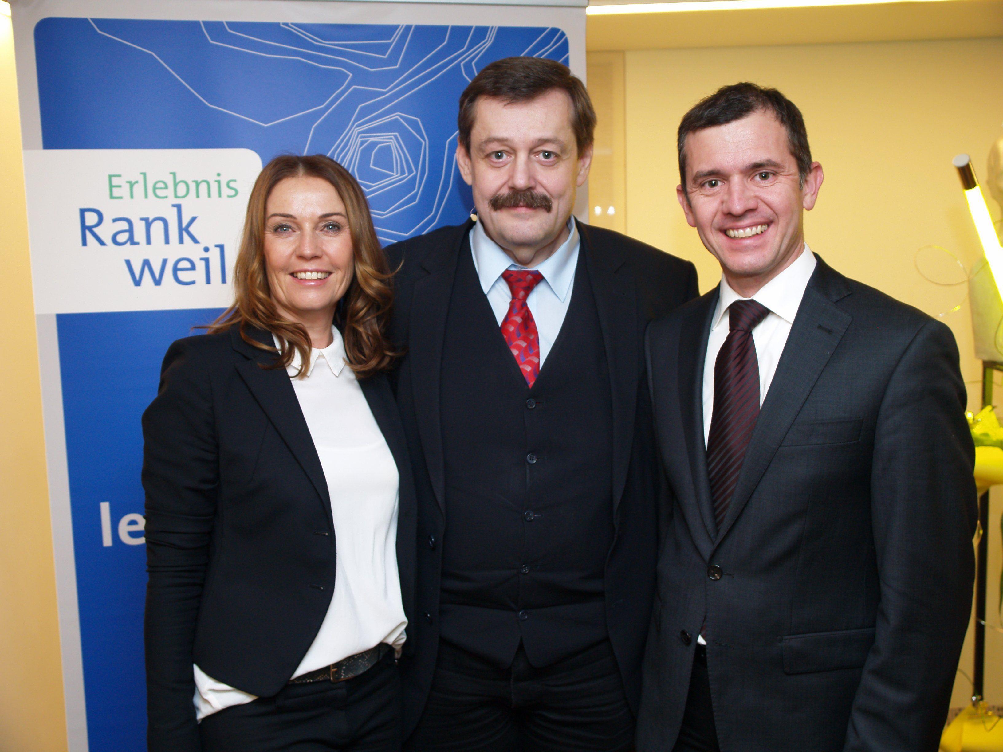 Experimentalphysiker Werner Gruber mit Bürgermeister Martin Summer und Carolin Frei, vom Erlebnis Rankweil Gemeindemarketing beim Wirtschaftsabend