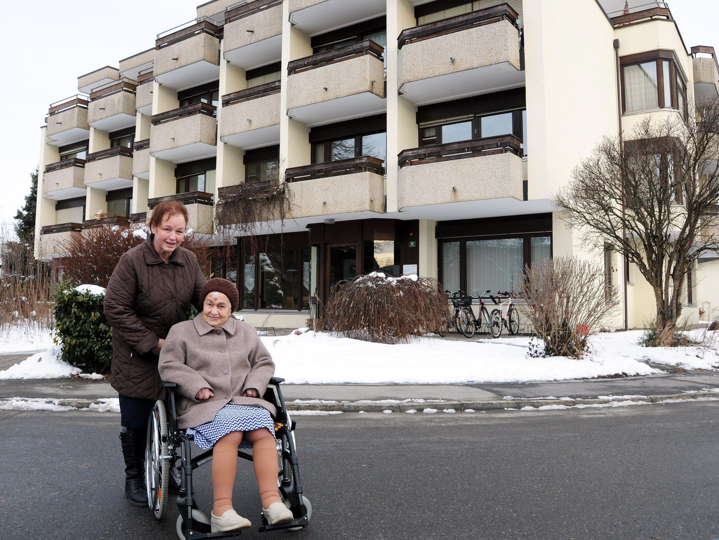 Übersiedlung vom alten Seniorenwohnheim Höchst (im Hintergrund) in das neue Pflegeheim Höchst-Fußach