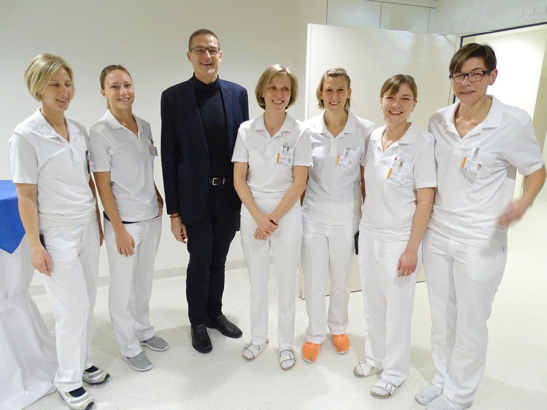 Landesrat Christian Bernhard mit dem Team der Physiotherapeutinnen am LKH Hohenems.