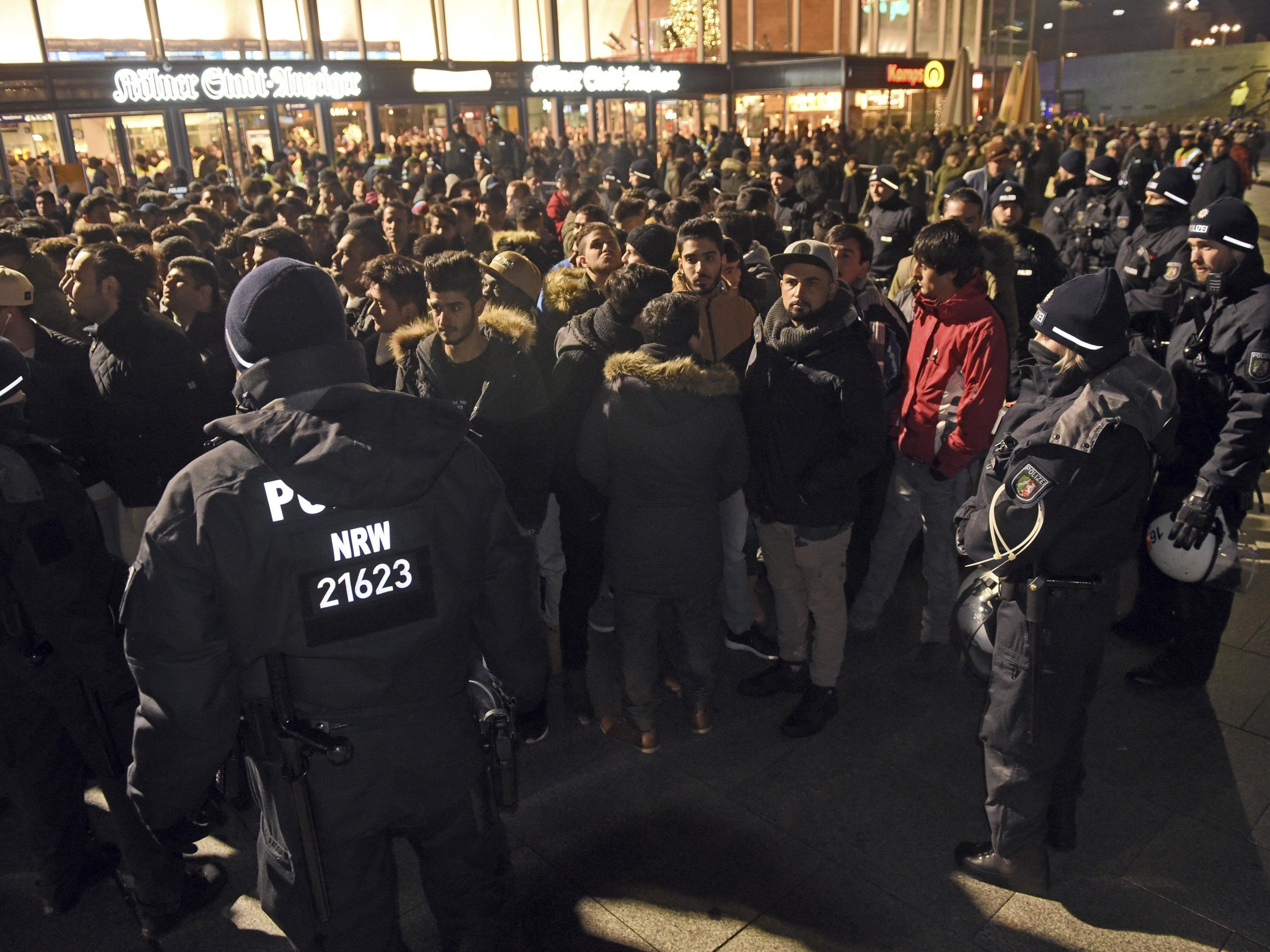 Die Polizei umstellt in der Silvesternacht in Köln eine Gruppe Männer.