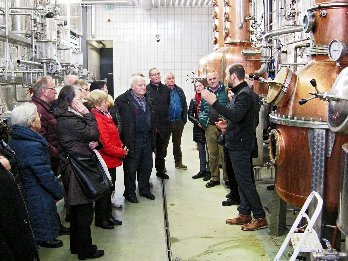 Die Besucher waren von der aufwendigen Destillationsanlage beeindruckt.