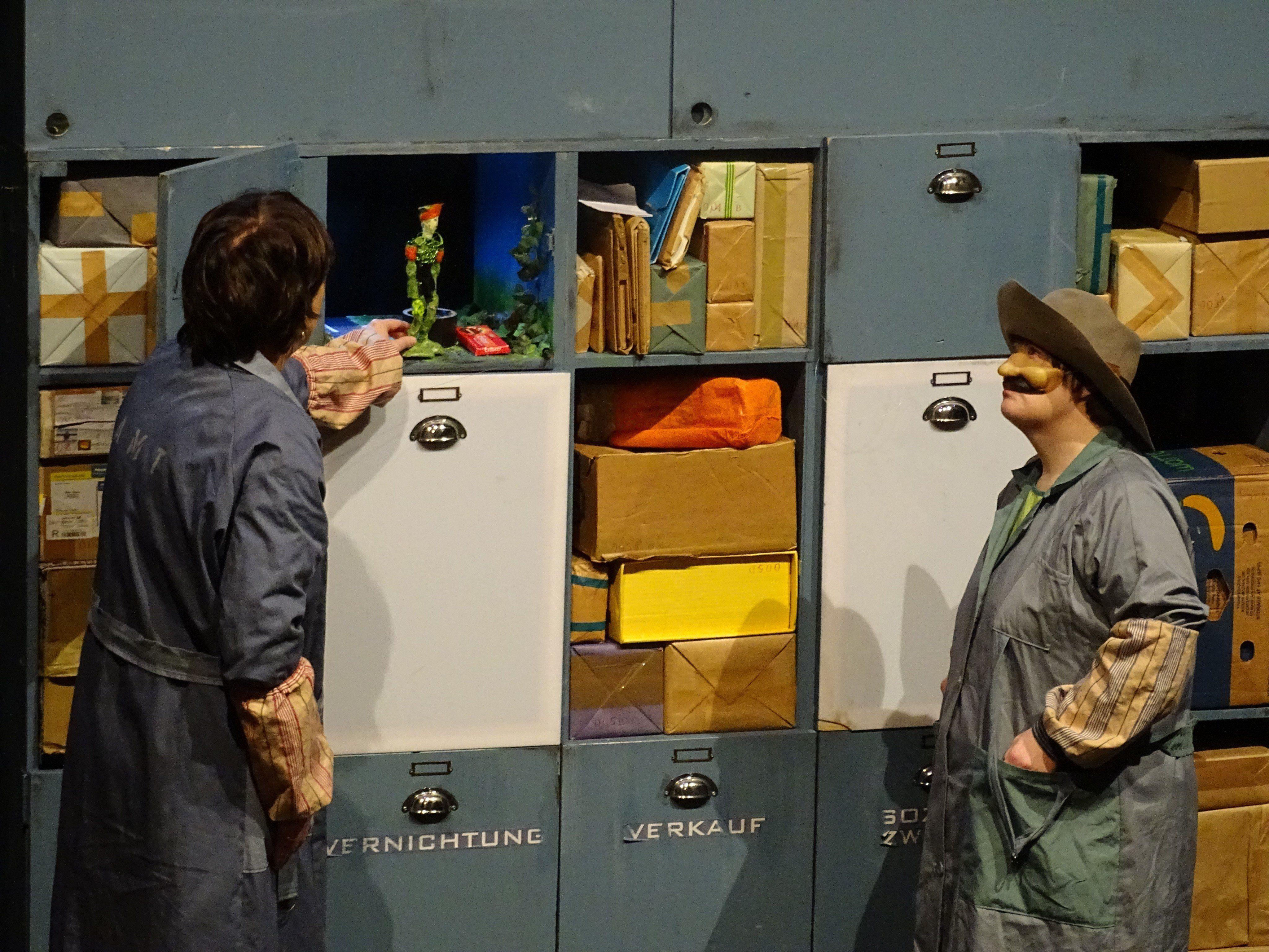 Zusammen mit dem alten Postschrank Otto tauchen Fräulein Rödel und Frau Birnbaum in die berührenden Geschichte des kleinen Sando ein.