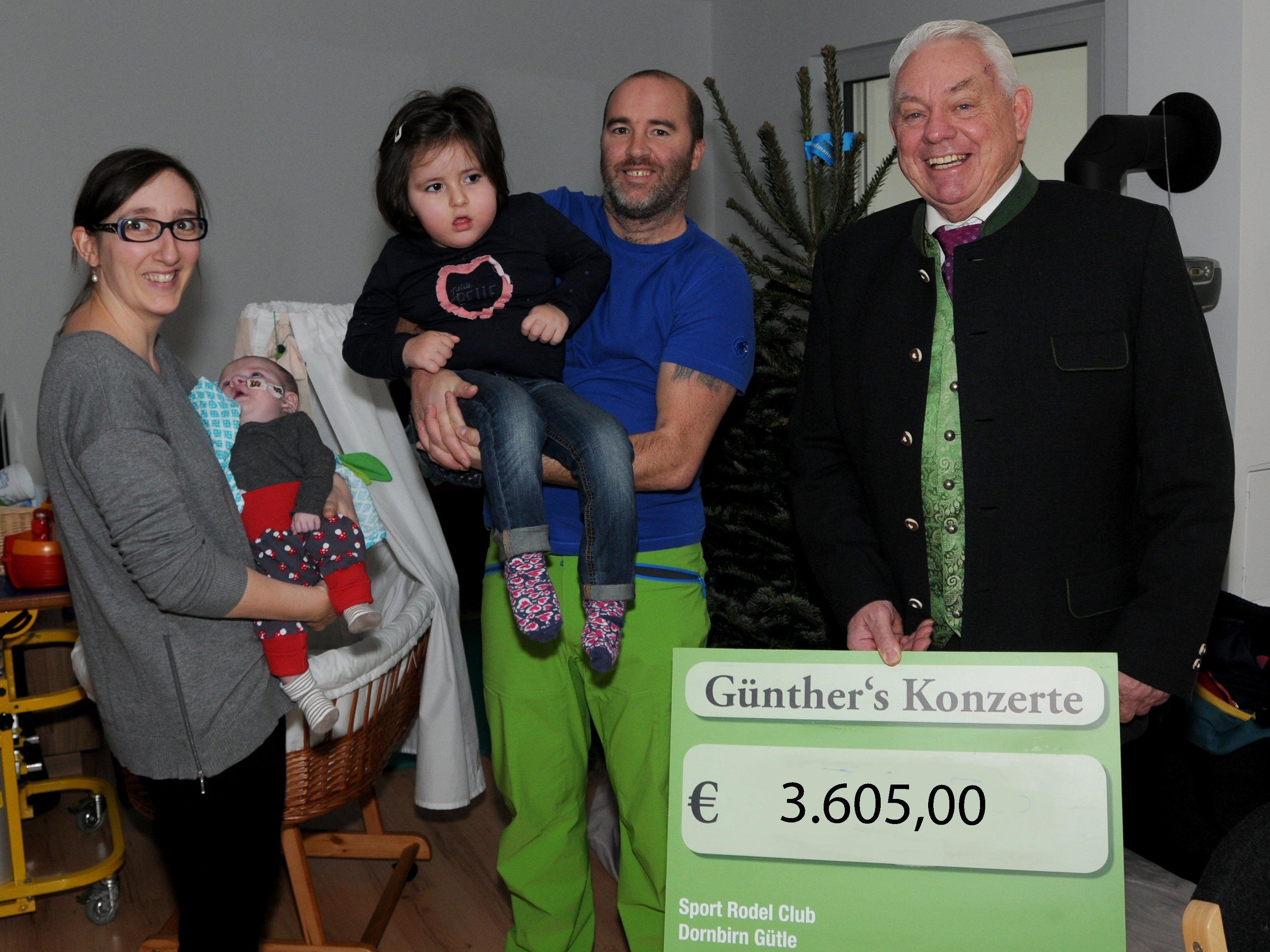 Familie Bachmeier freute sich gemeinsam mit Söhnchen Paul (der gerade erst aus dem Krankenhaus heimgekehrt ist) den Scheck entgegenzunehmen.
