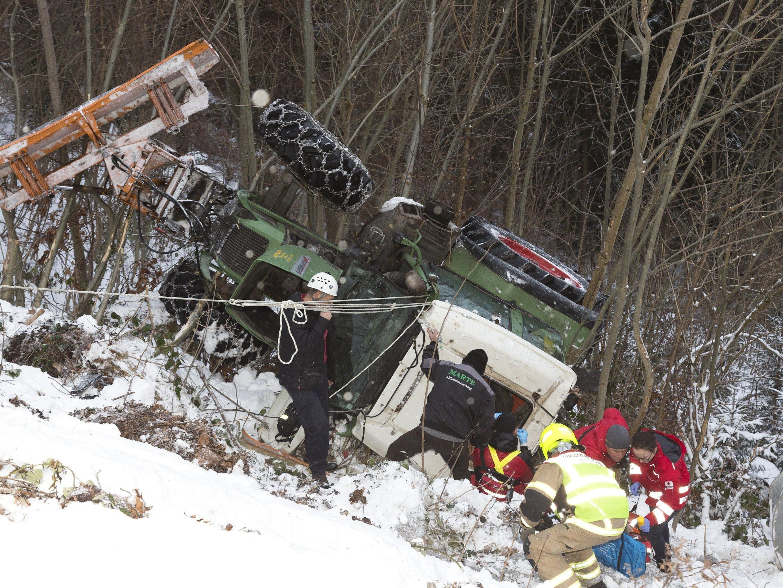 In Dafins stürzte am Freitag ein Traktor mit drei Insassen ab.