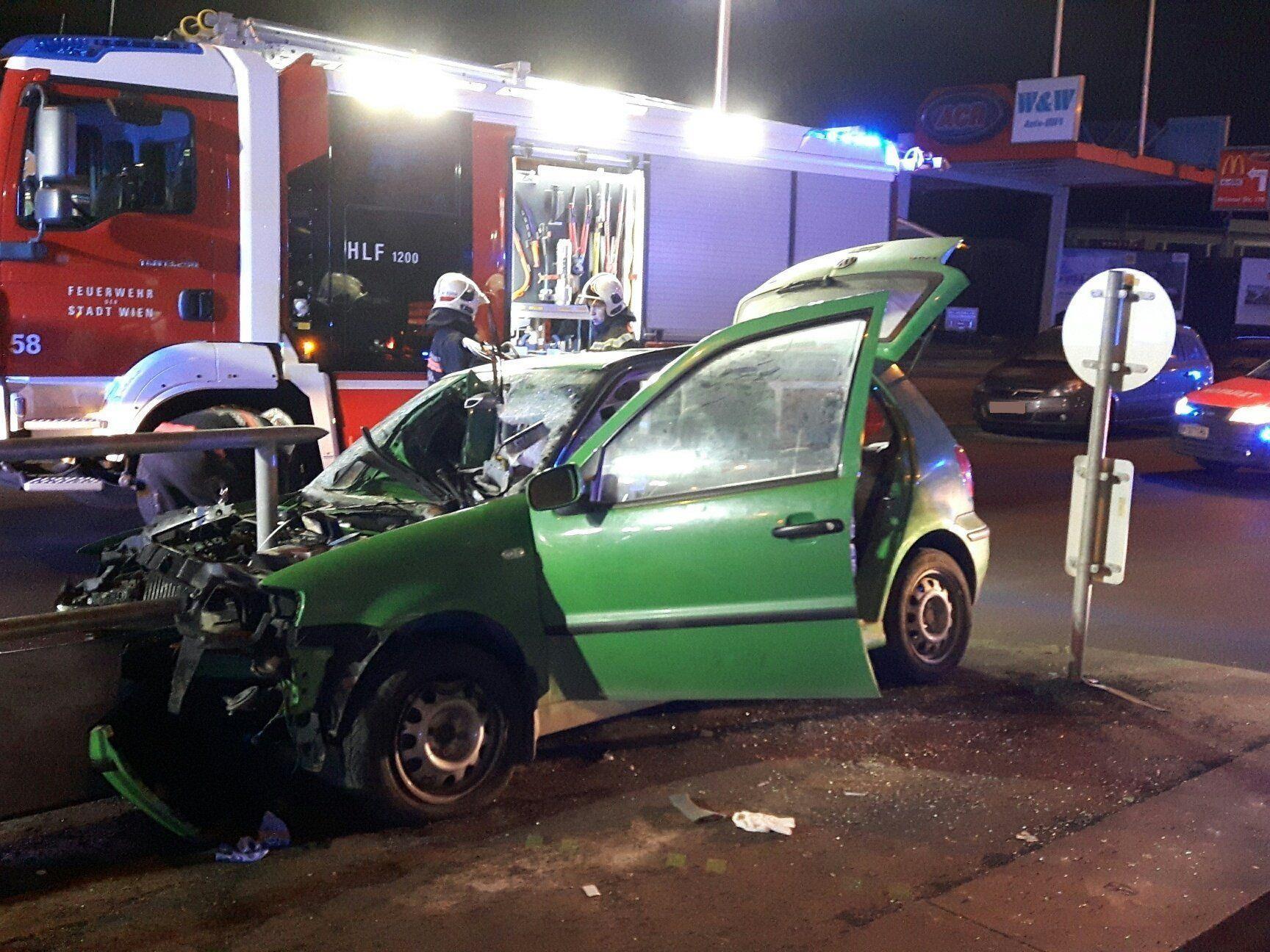 Der Fahrer wurde bei der Kollision im Fahrzeug eingeklemmt