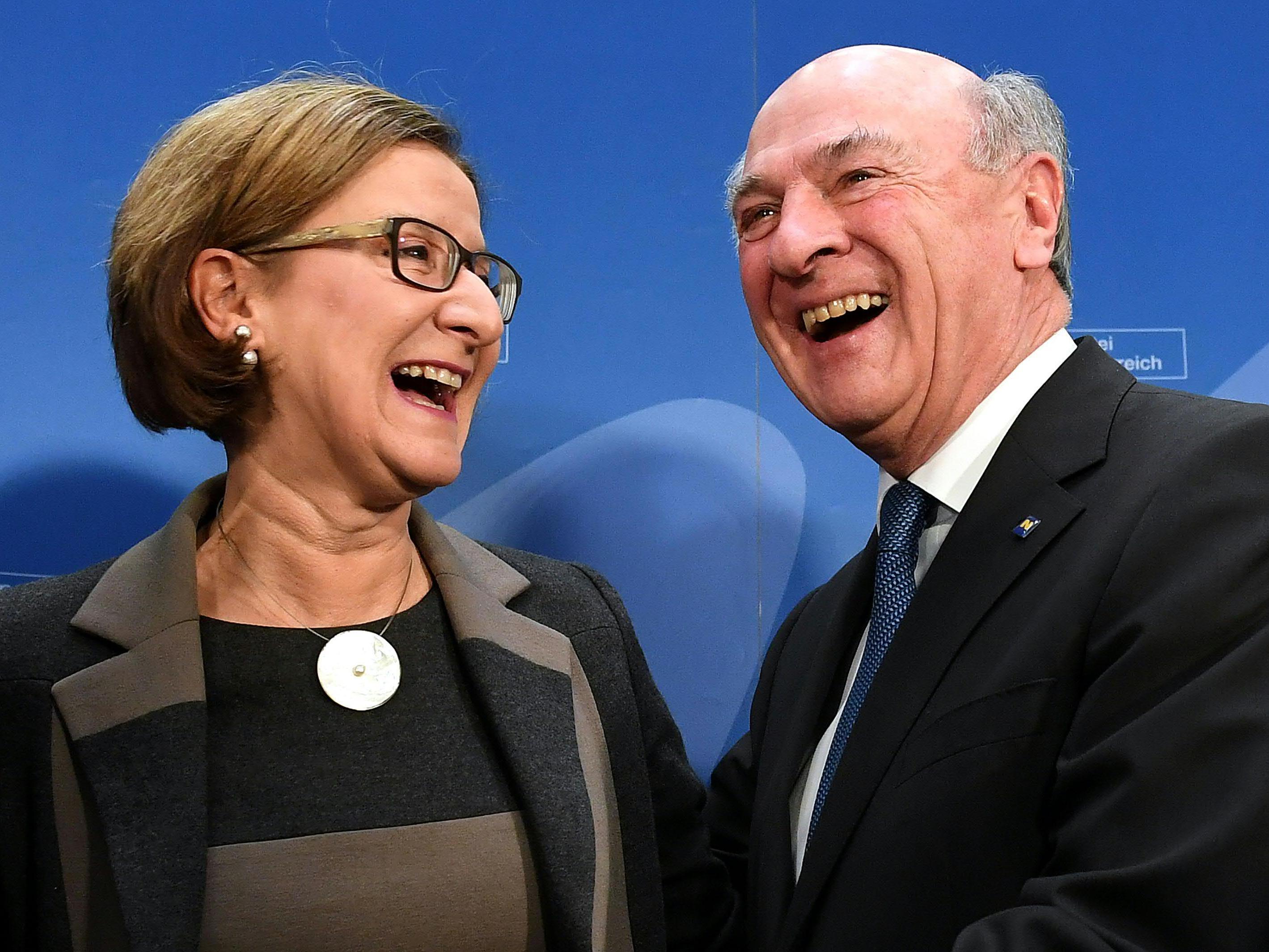 Niederösterreichs LH Erwin Pröll und seine Nachfolgerin Johanna Mikl-Leitner.