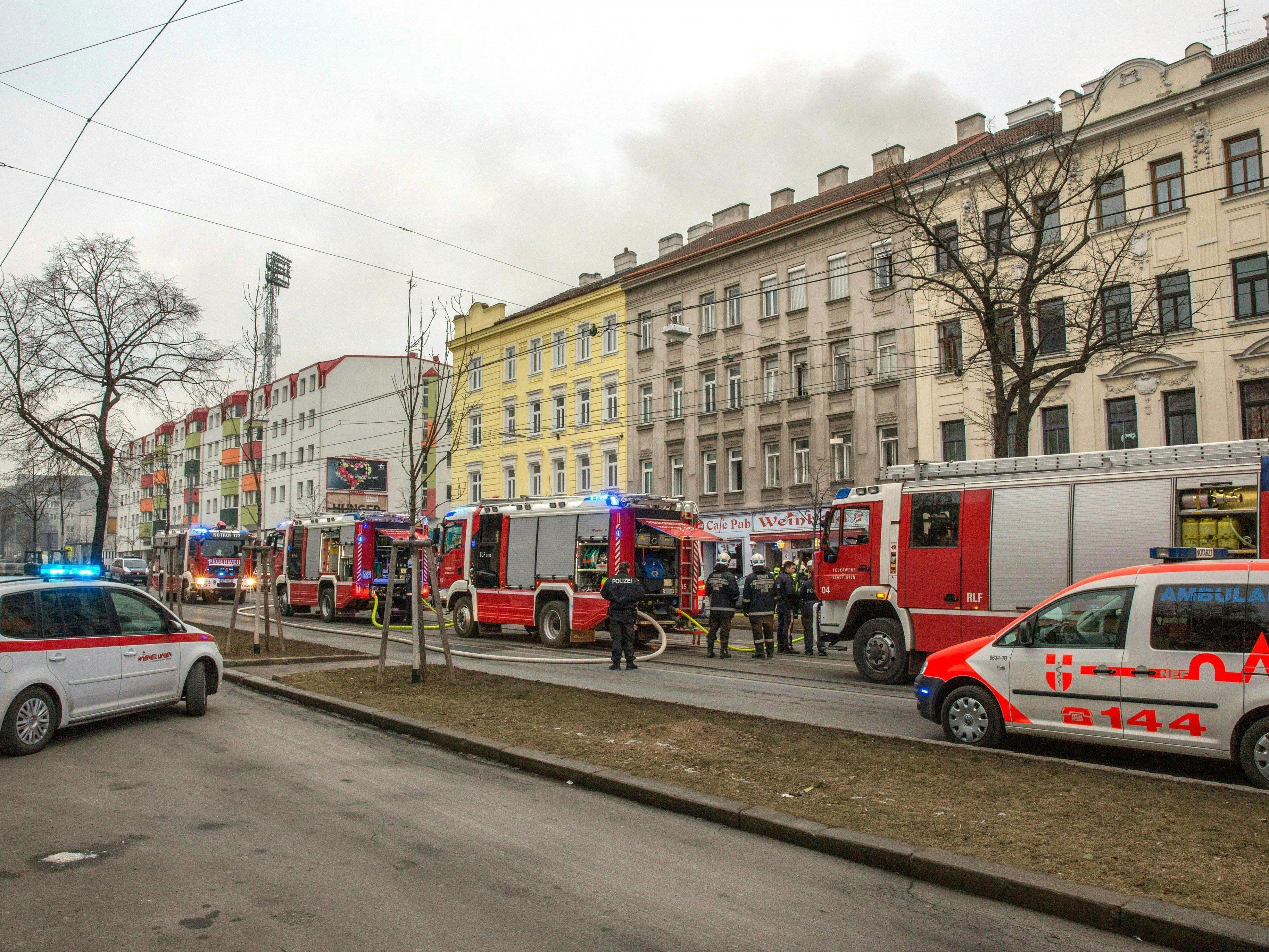 Einsatzkräfte auf der Hernalser Hauptstraße, wo sich eine Gasexplosion ereignet hat