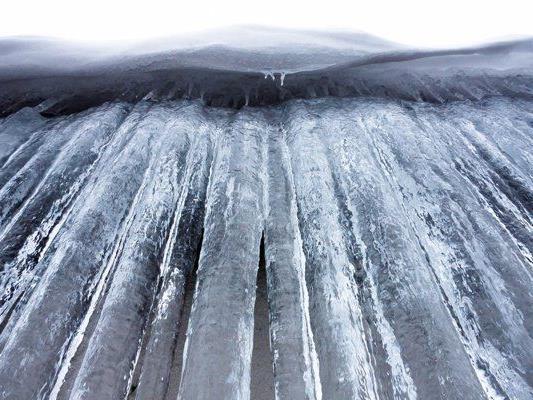 Der kräftige Eisregen kann zu massiven Eisablagerungen auf Straßen, Gehwegen, Bäumen und Stromleitungen führen.