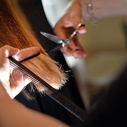 """Mit """"Hair Dusting"""" soll man kaputte Haarspitzen loswerden, ohne an Länge zu verlieren."""