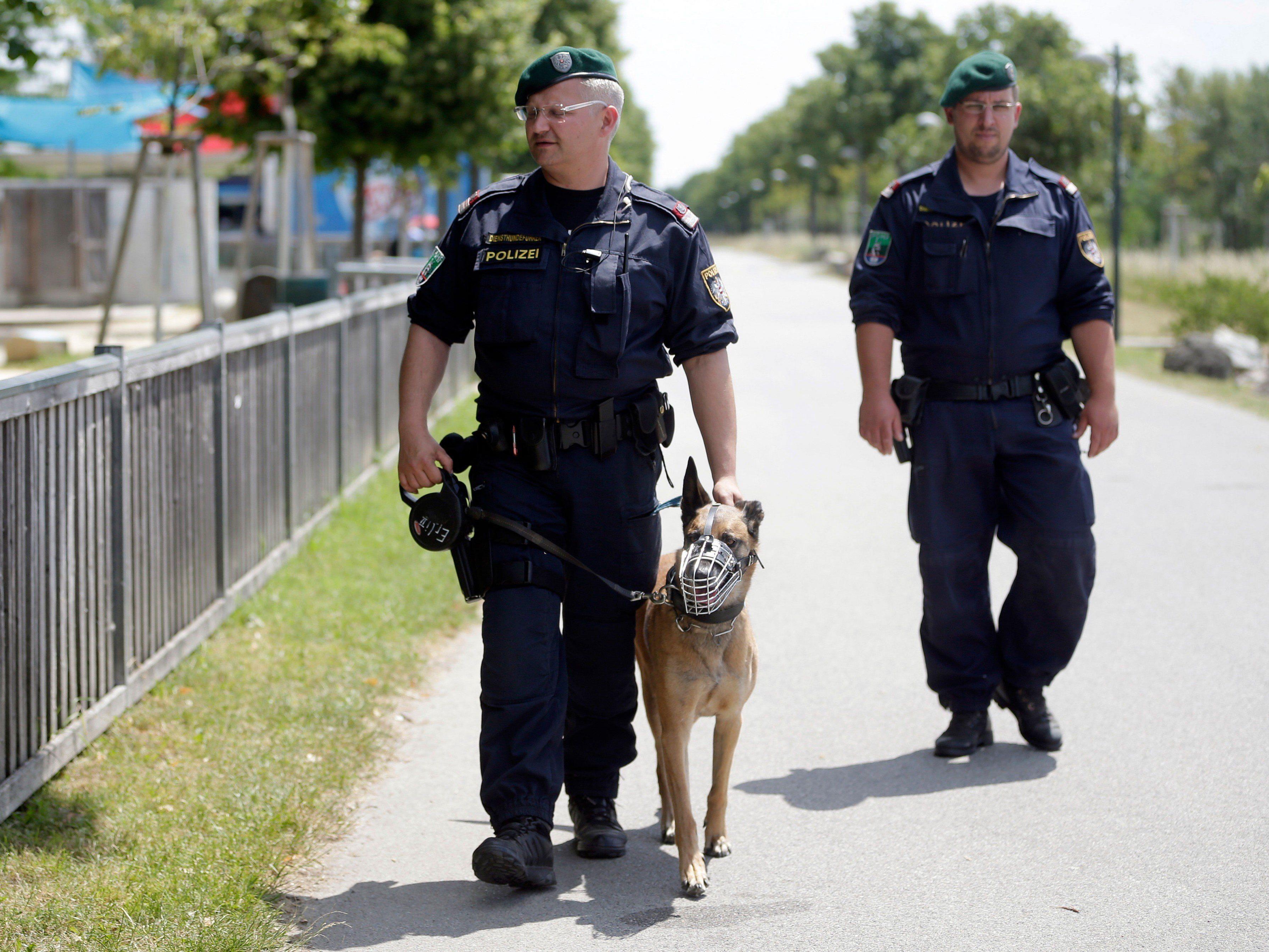 Die heimische Polizei setzt Hunde ein, die Suchtgift bzw. Sprengmittel aufspüren können