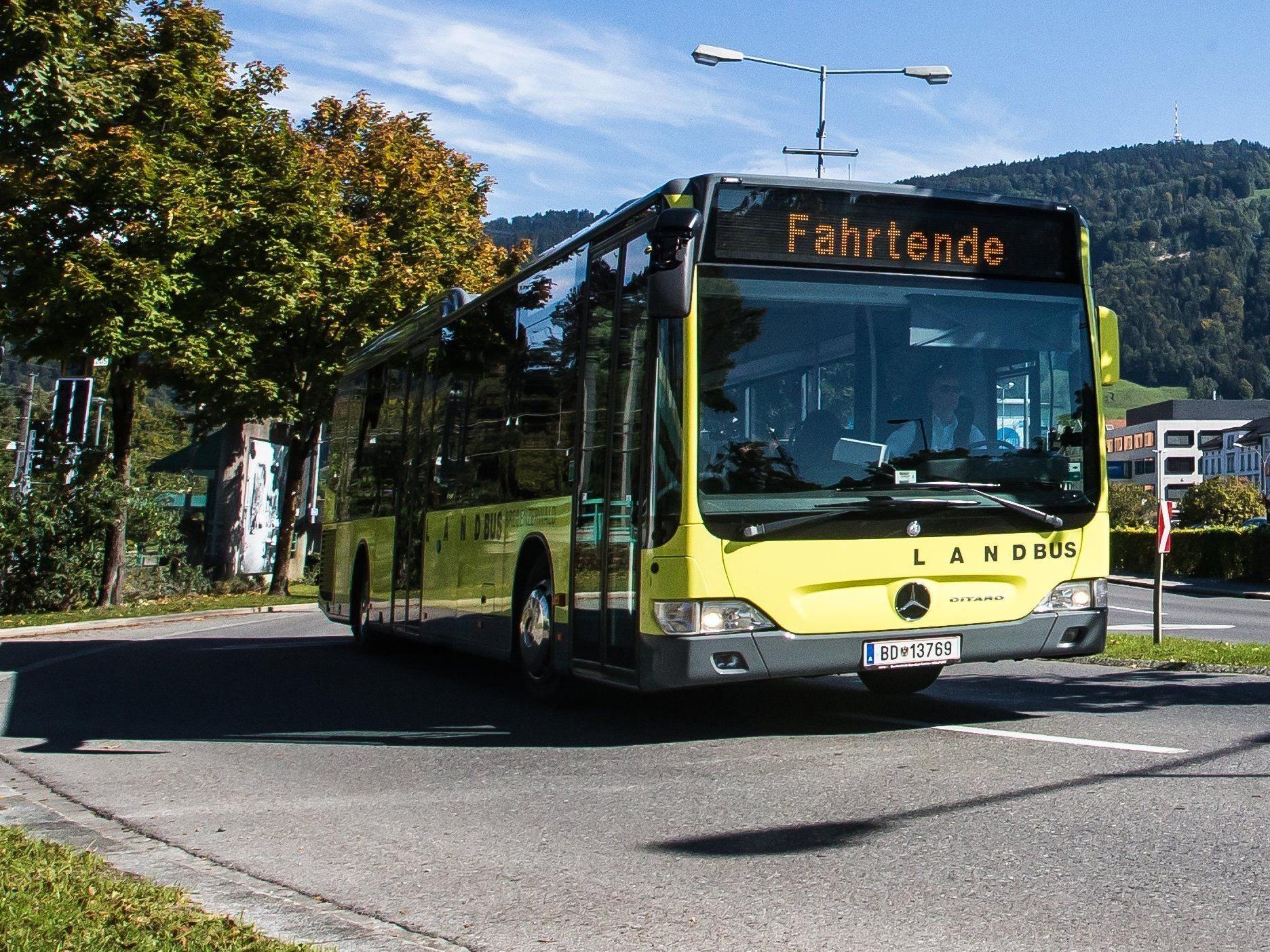 Zwischen Alberswende und Egg fuhr ein Pkw einem auf offener Strecke haltenden Linienbus auf.