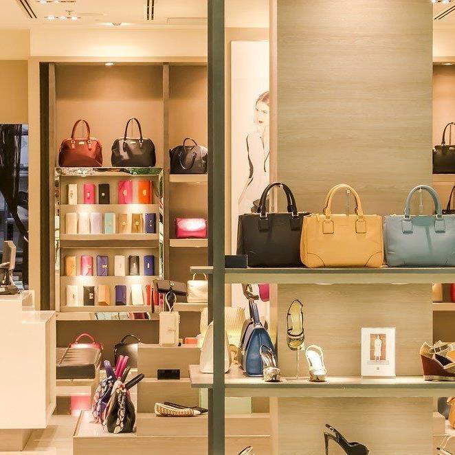 Nach wie vor gehen viele gerne ins Geschäft zum Shoppen.