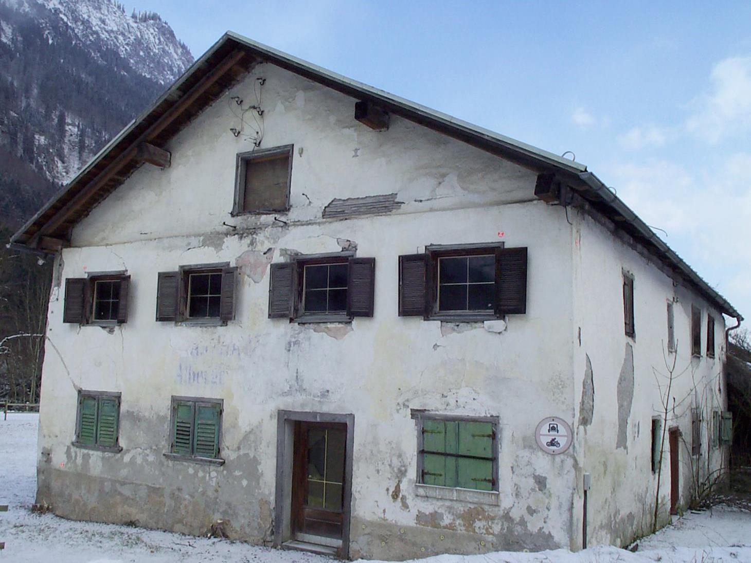 Weil er das historische Haid-Haus in Innerbraz ohne Genehmigung abreißen ließ, steht ein Niederländer in Feldkirch vor Gericht.