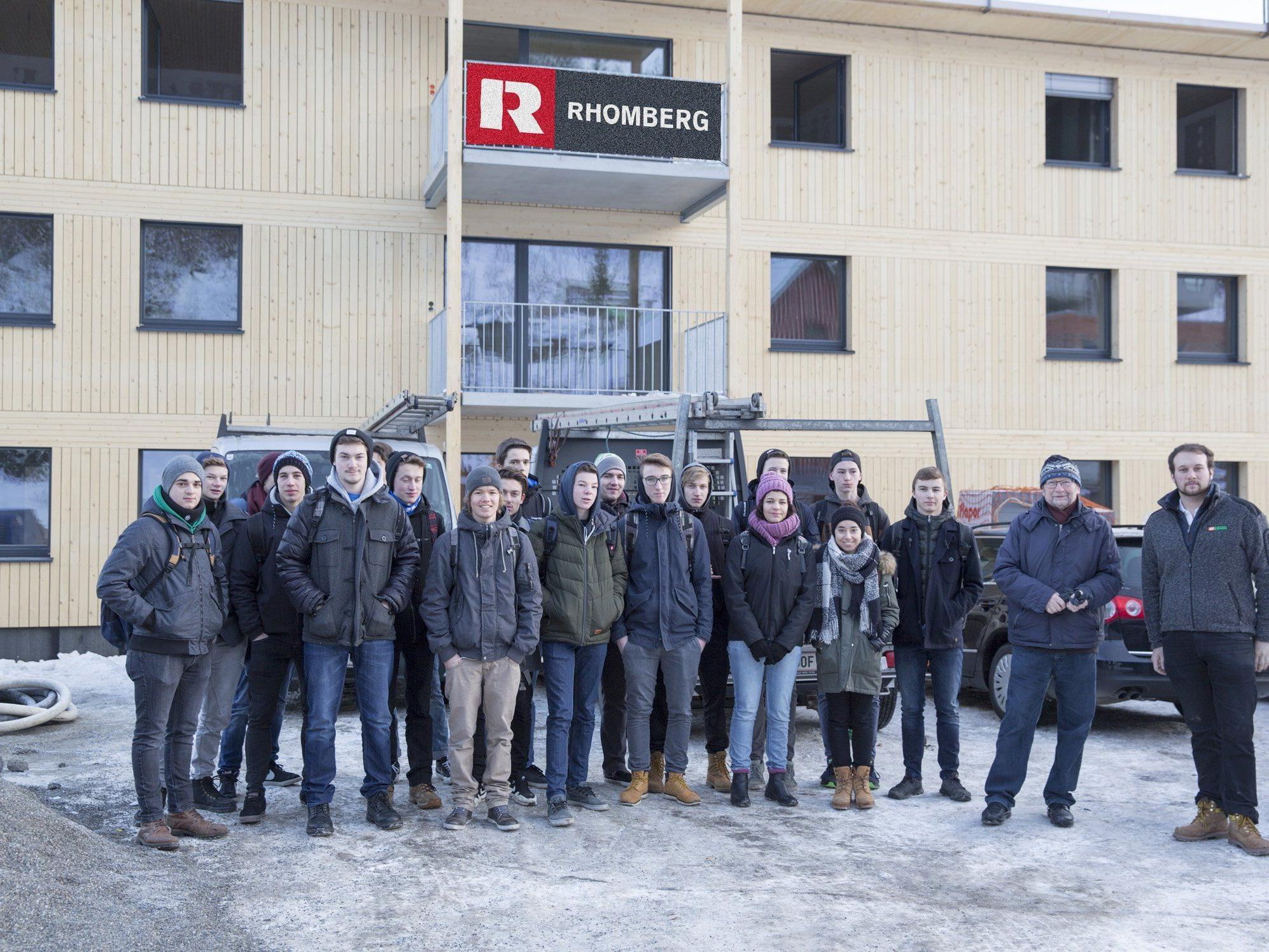 Die Schüler der 3. Klasse der HTL Rankweil besuchten mit ihrem Lehrer Andreas Postner (2. v. r.) die Baustelle vom Rhomberg-Bauleiter und ehemaligen Schüler Alexander Hilbe (ganz rechts) in der Heldenstraße, Feldkirch.