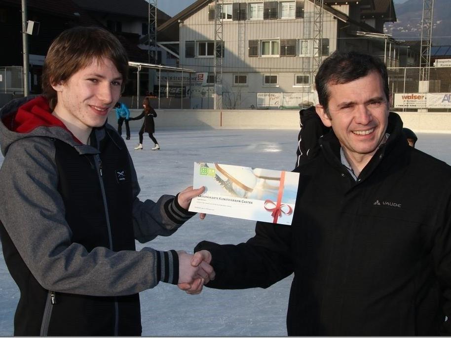 Rankweiler Bürgermeister Martin Summer überreicht Marcel Schöner eine Saisonkarte