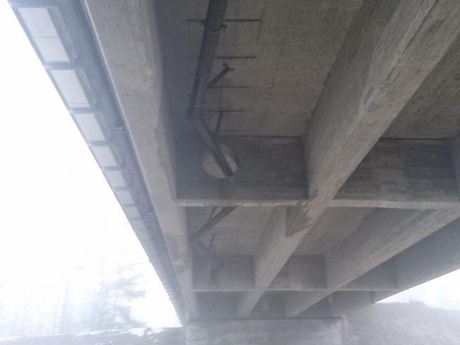 Aufgrund des Wasserleitungsbruchs wurde auch die Aufhängung unter der Ill-Brücke beschädigt.
