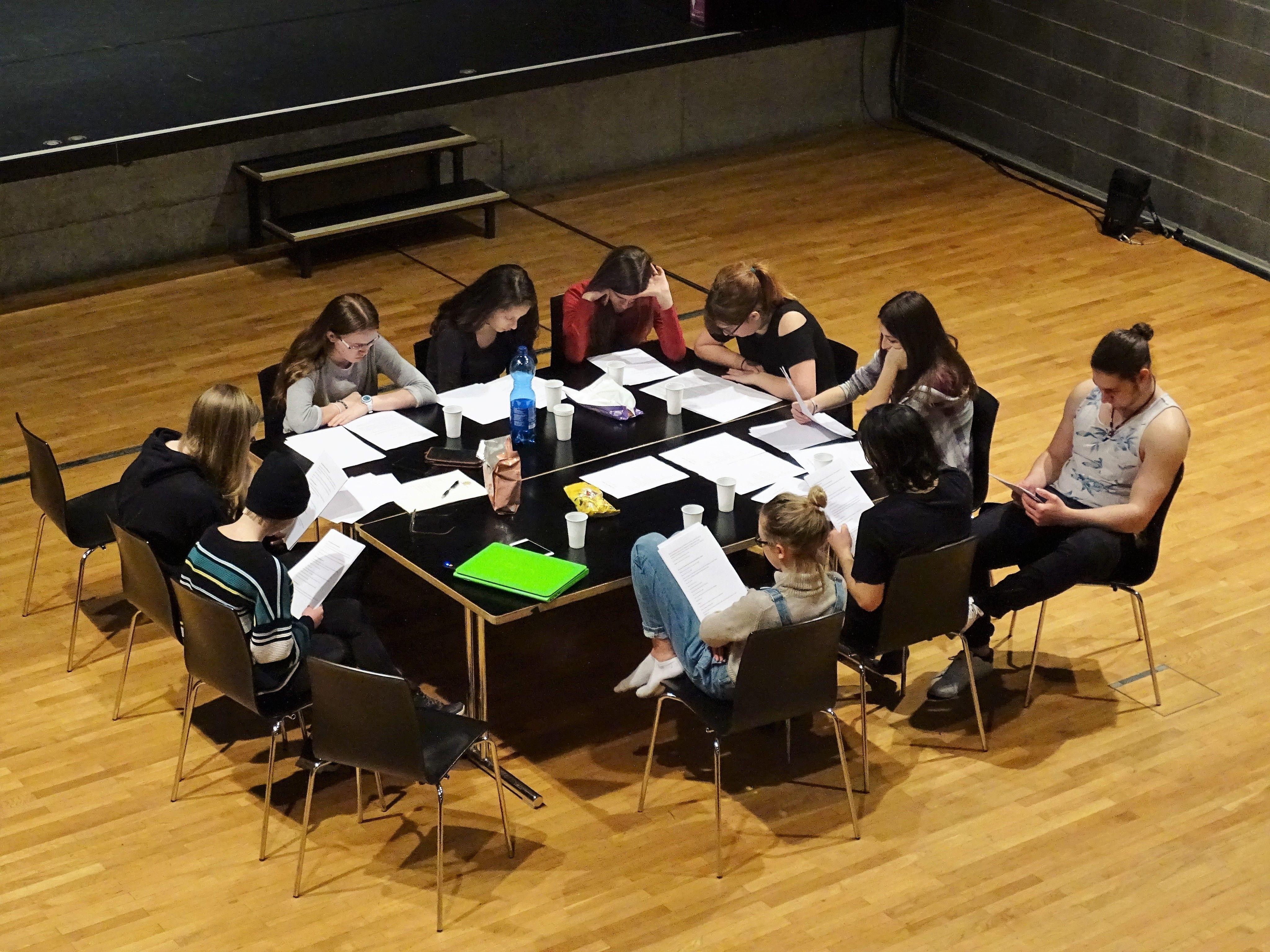 Die Arbeit mit dem Textmaterial spielt eine wichtigen Rolle beim Theaterprojekt RADIKAL.