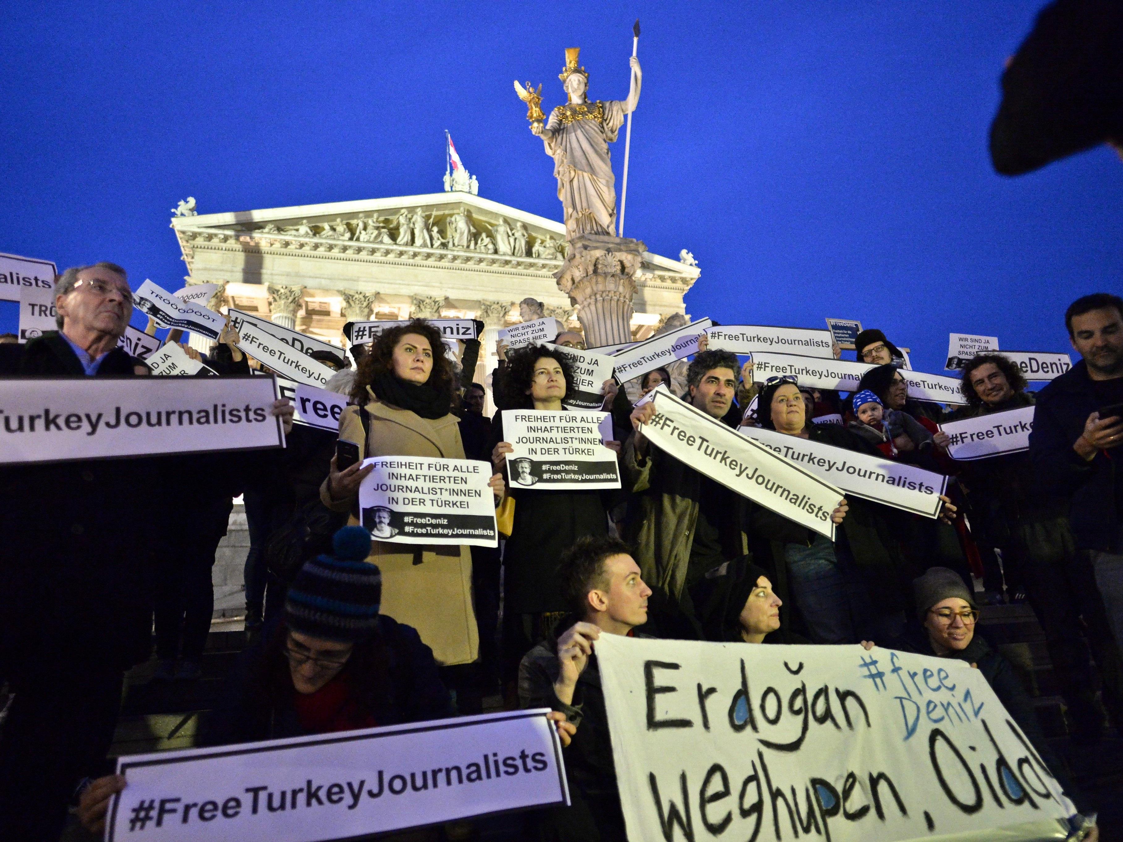 Proteste zur Inhaftierung von Deniz Yücel in Wien